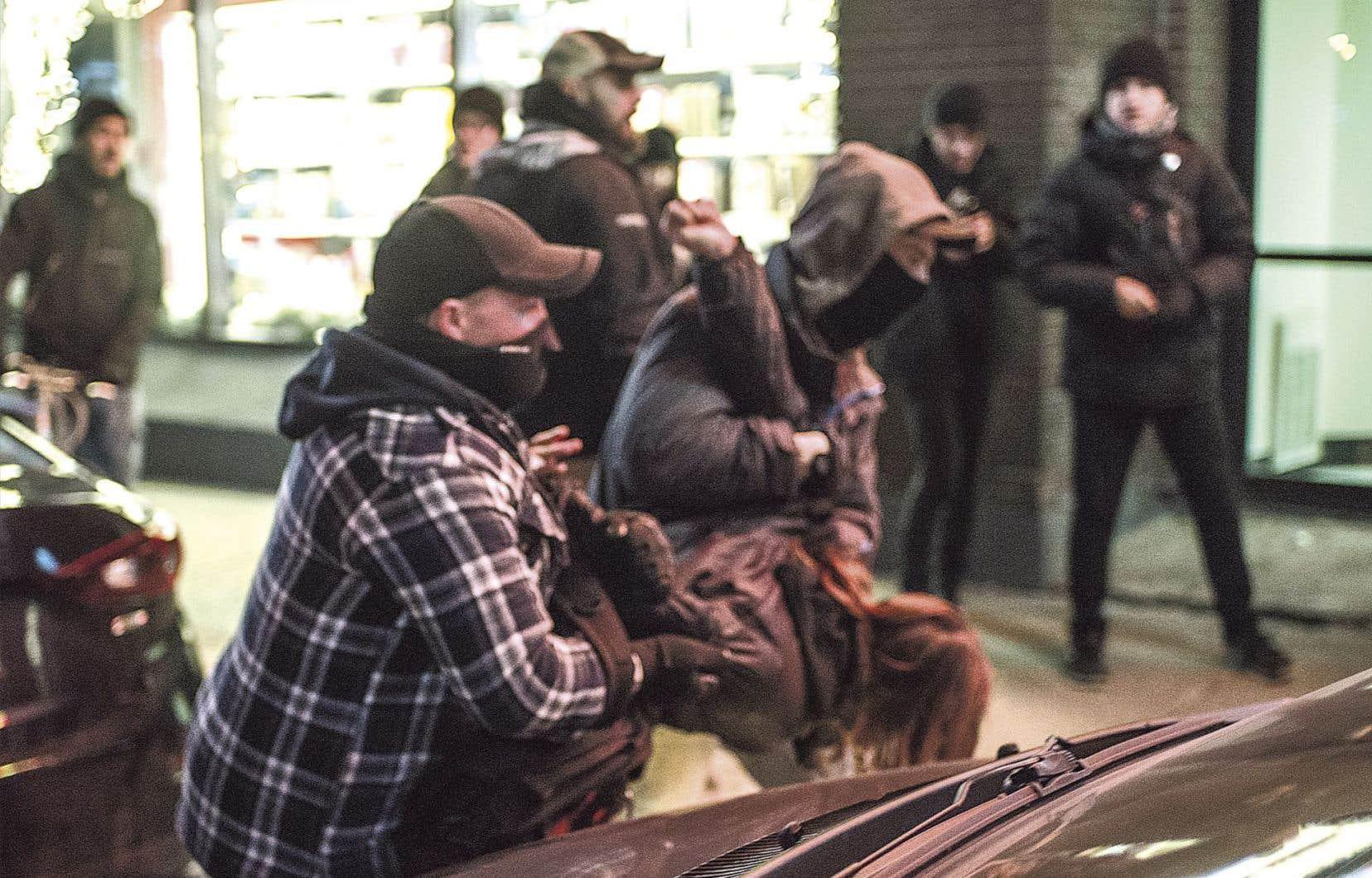 Une équipe du journal «The Link», de l'Université Concordia, avait suivi le manifestant et les policiers et pu photographier l'arrestation de Simon Dugrenier.