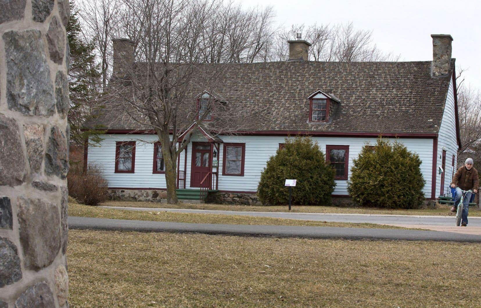 D'inspiration française, la maison Boileau, dont la construction remonterait au début du XIXesiècle, a appartenu au notaire René Boileau, et plusieurs assemblées politiques s'y sont tenues.