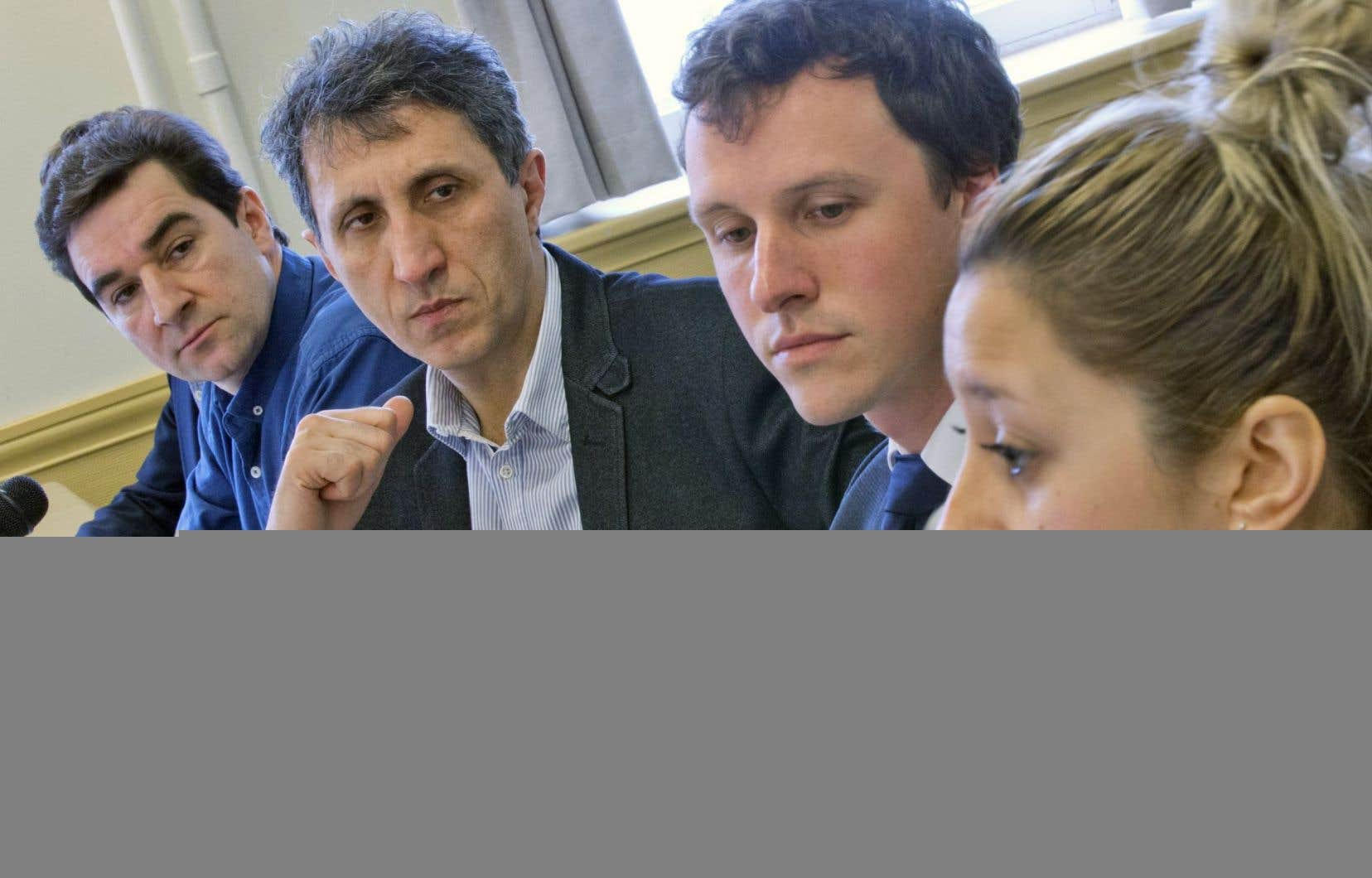 Amir Khadir (2e à partir de la gauche) a tenu un point de presse avec divers acteurs du milieu, dont Sylvain Lirette (Alliance du personnel professionnel et technique), Simon-Pierre Landry (ROME) et Alexandra D'amours (Ex aequo).