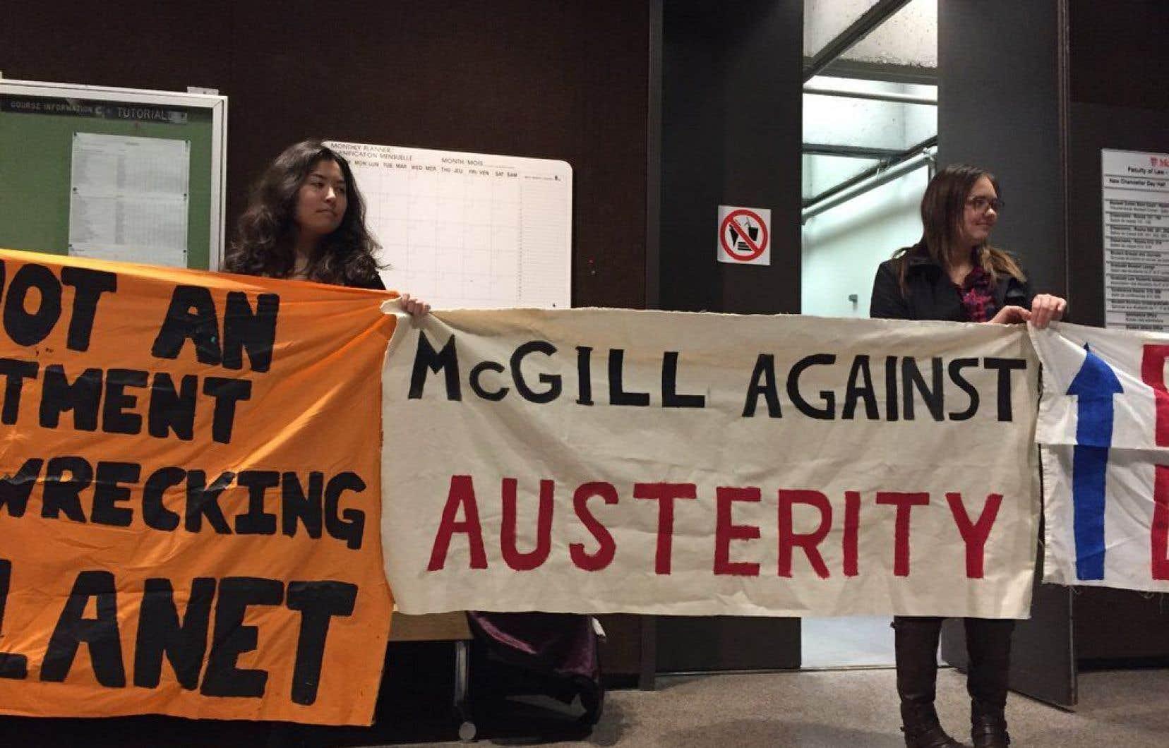 Des manifestants ont interrompu la conférence de l'ancien premier ministre Jean Charest.