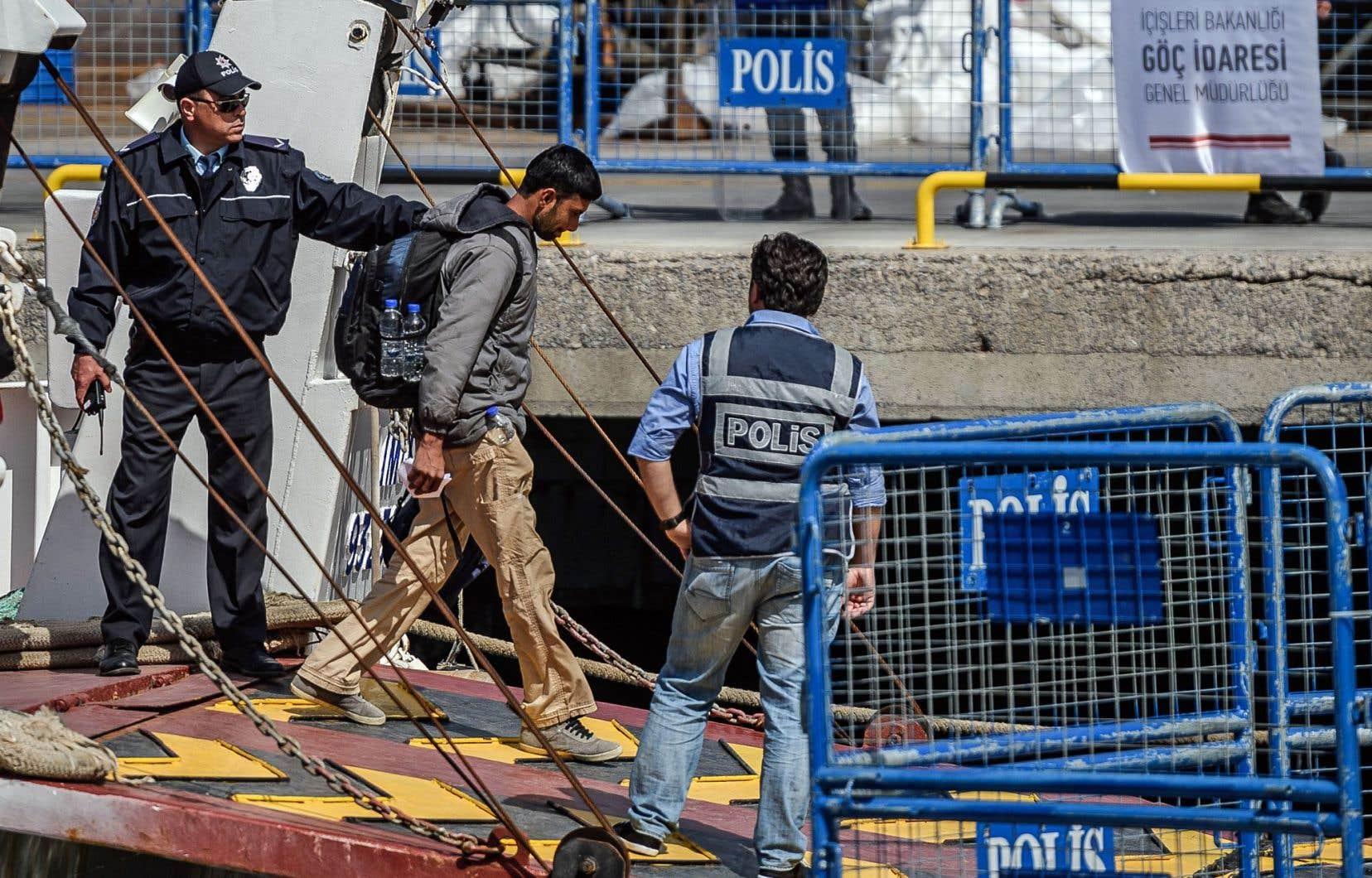 Les migrants ont embarqué à l'aube sur les bateaux turcs venus les chercher, deux à Lesbos et un à Chios.