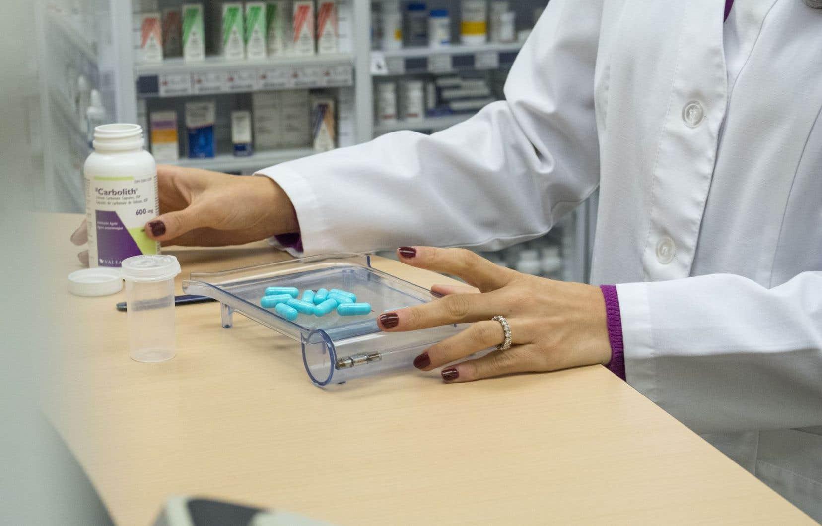 Selon l'Association québécoise des pharmaciens propriétaires, les compressions ont entraîné la suppression de près de 1000 emplois en pharmacie et la diminution des heures d'ouverture des officines.