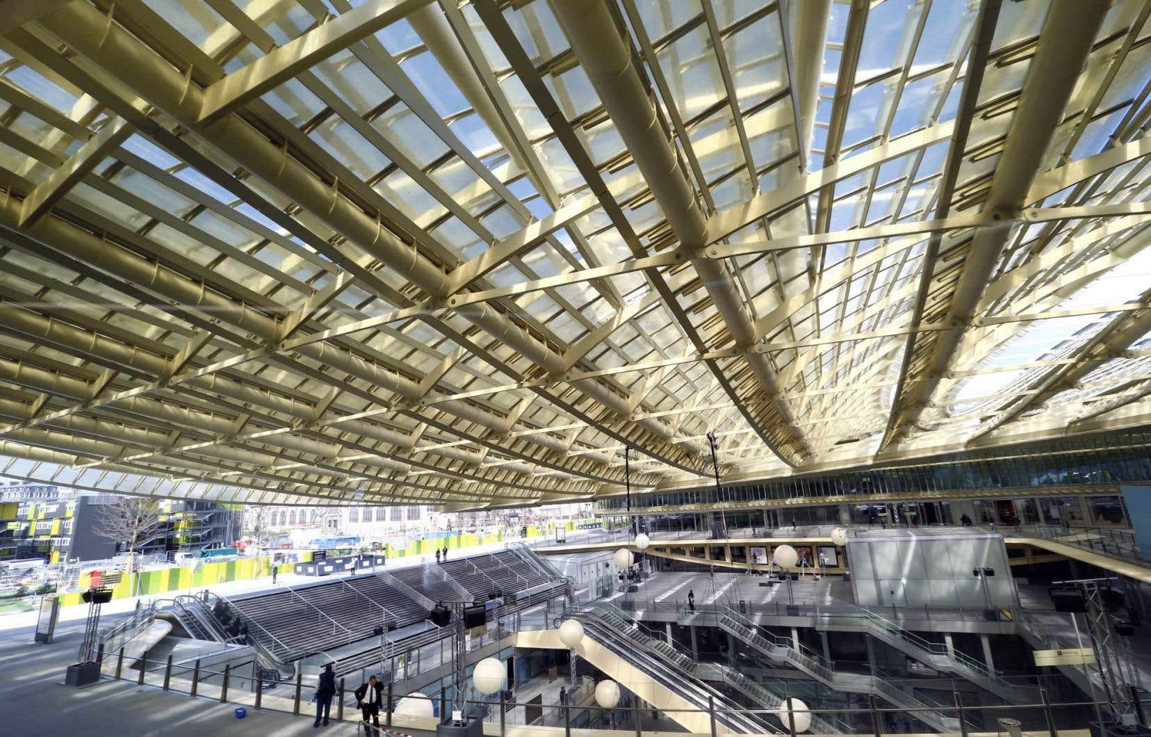 La canopée, composée de 18000 écailles de verre et faite avec 7000 tonnes d'acier, vient «ouvrir un espace qui était clos», affirme le conseiller municipal Jacques Baudrier.