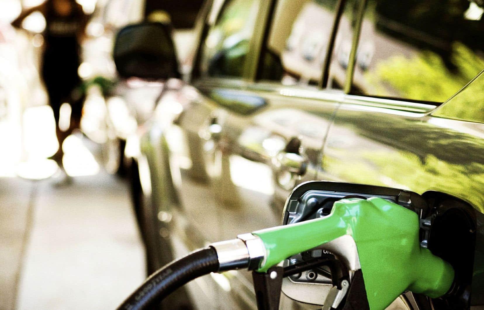 Frédéric-Georges Fontaine, professeur de chimie à l'Université Laval et membre du Centre de recherche en catalyse et chimie verte (C3V), travaille présentement avec son équipe à mettre au point un procédé chimique qui permettrait de transformer le CO2 en méthanol, un alcool combustible qui pourrait servir, entre autres, comme carburant.