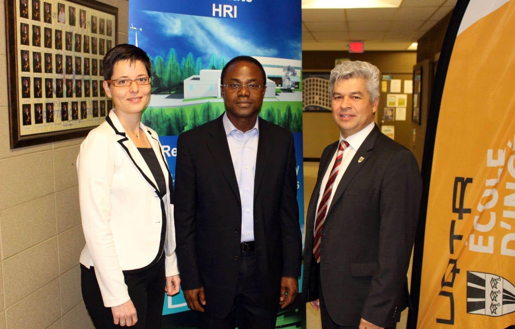 Kodjo Agbossou, professeur et directeur de l'École d'ingénierie de l'UQTR (au milieu), avec la représentante de l'AUF, Virginie Mesguich, et le directeur du Bureau de l'international et du recrutement,Sylvain Benoit