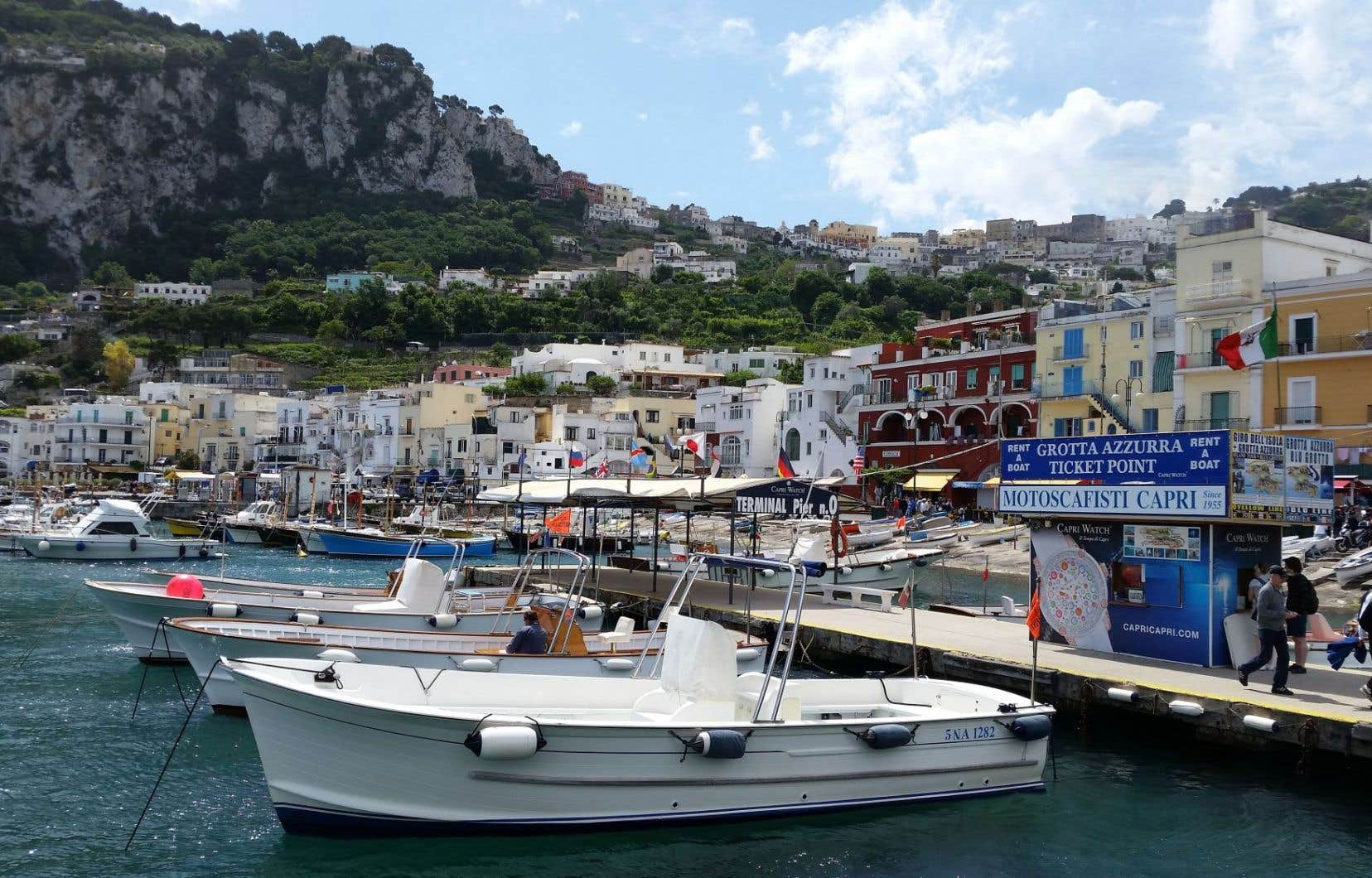 Marina Grande, le port principal de l'île de Capri, en Italie, là où l'amour est bien présent.