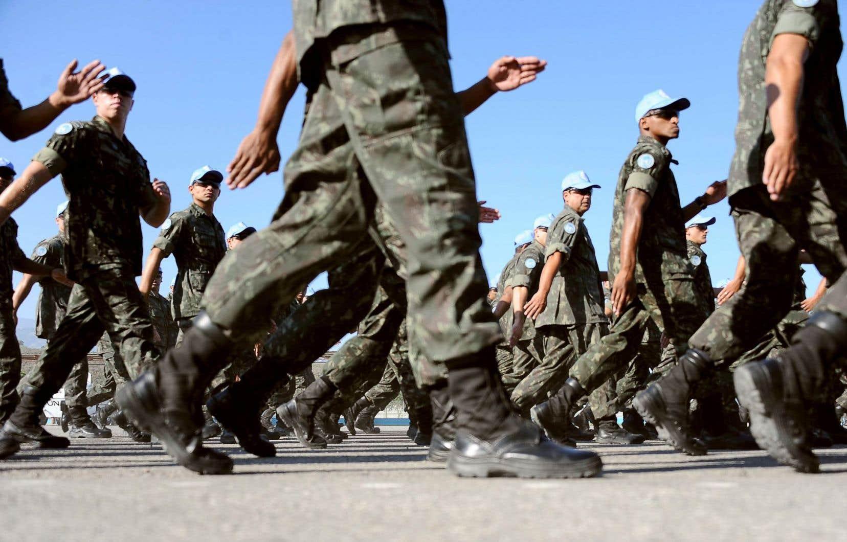Les policiers faisaient partie de la MINUSTAH, déployée par l'ONU en Haïti. De nombreux cas d'inconduite sexuelle ont été recensés parmi les Casques bleus. Ci-dessus, des soldats brésiliens aussi membres de la mission de maintien de la paix défilent à Port-au-Prince.