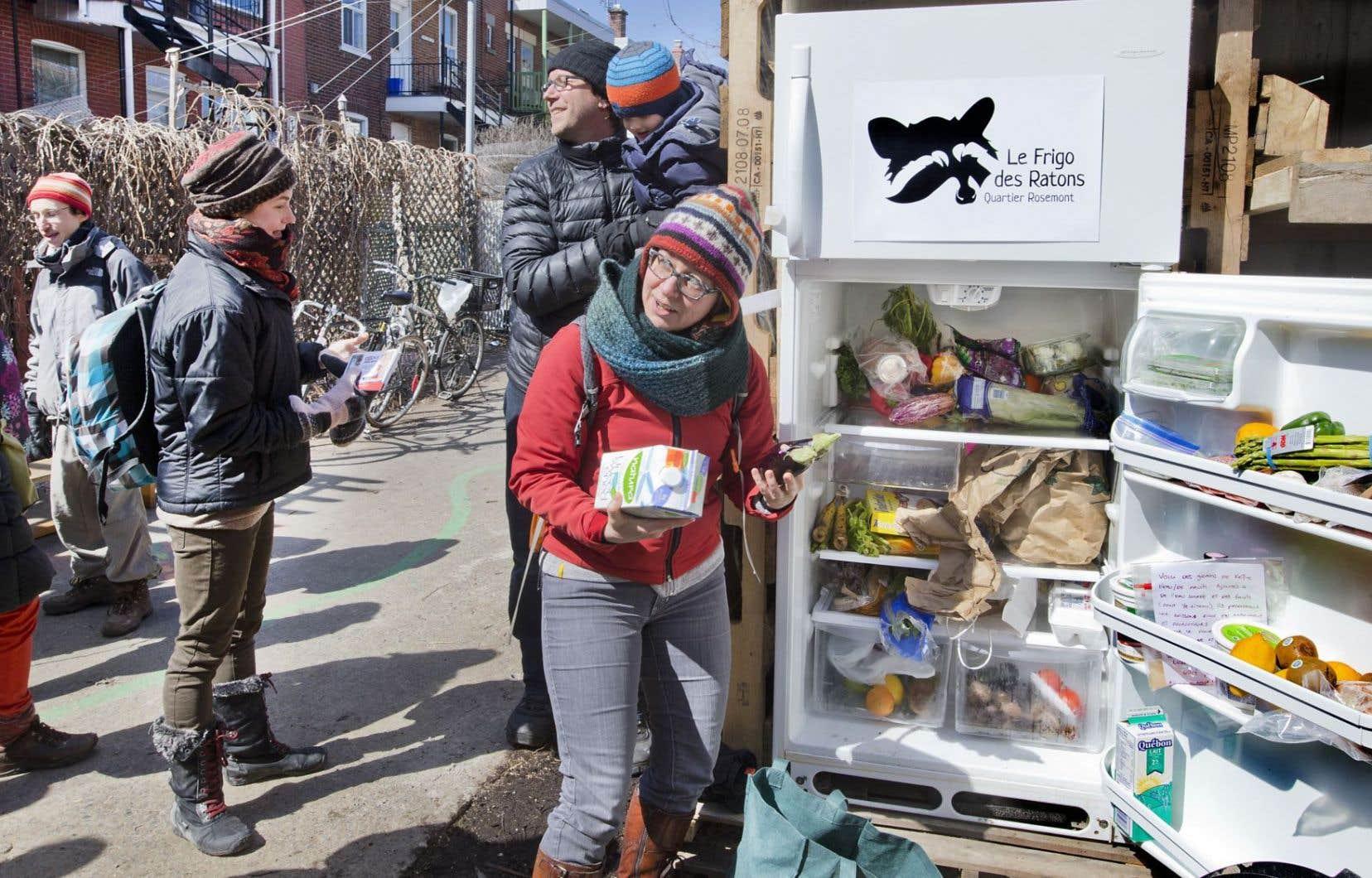 Inauguré dimanche dernier, Le Frigo des Ratons, dans Rosemont à Montréal, est un lieu d'échange où donner et prendre des aliments périssables (ou non). Une initiative citoyenne antigaspillage motivée par une conscientisation du consommateur de plus en plus consterné devant les prix… et le gaspillage.