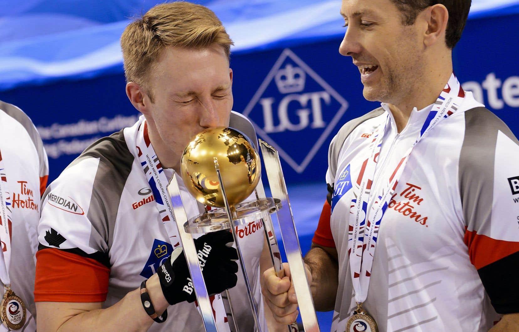 Marc Kennedy et Brent Laing savourant une victoire du Canada en finale du Championnat mondial de curling
