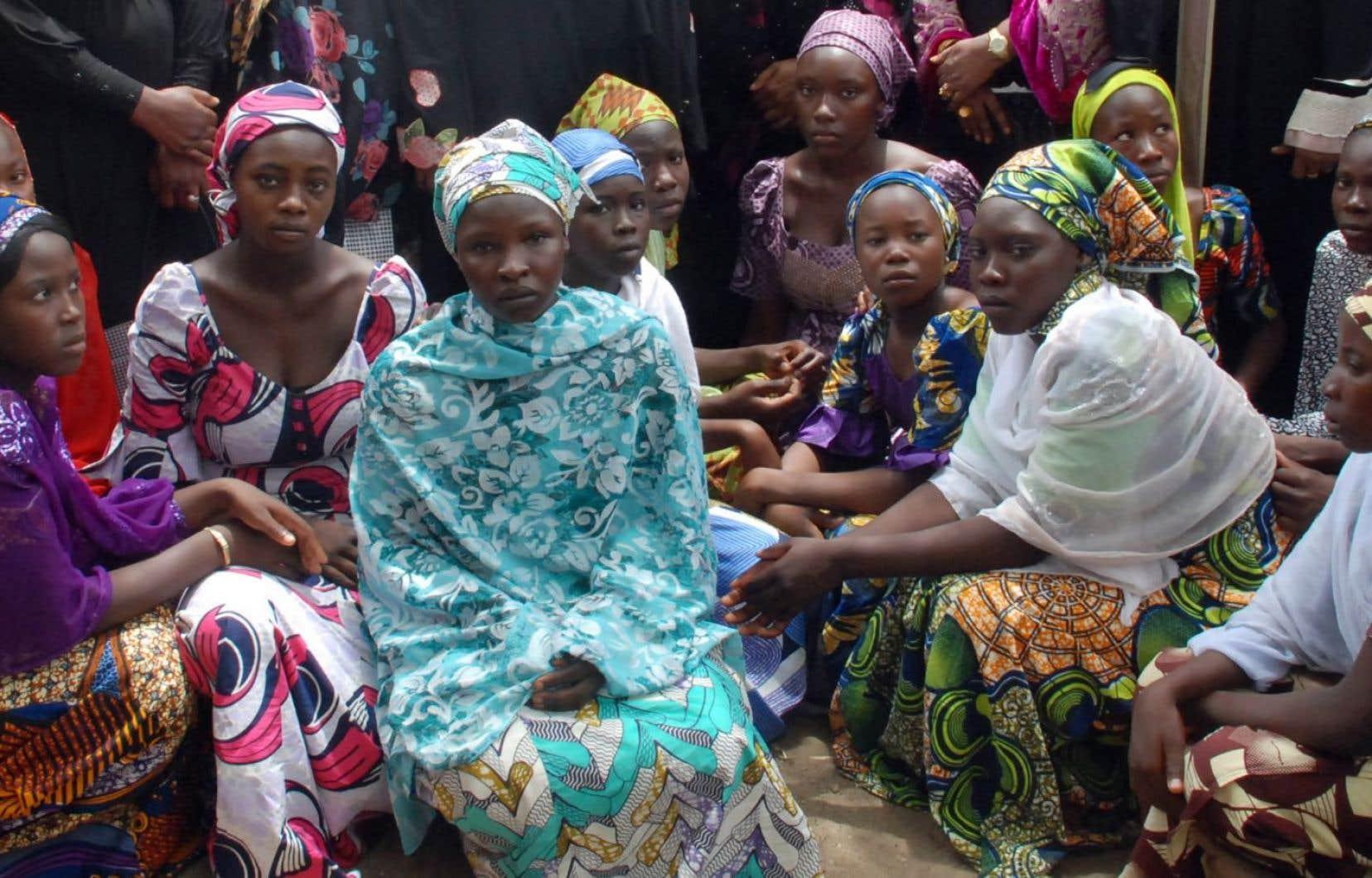 Des écolières enlevées par Boko Haram et qui ont réussi à fuir assistent à une rencontre d'information en mai 2014.