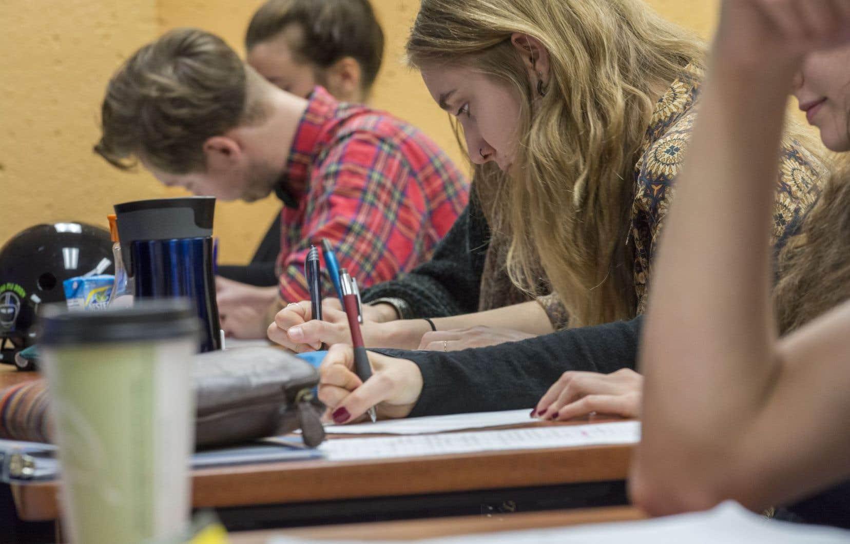 Québec rétablit le financement des organismes voués à la persévérance scolaire.