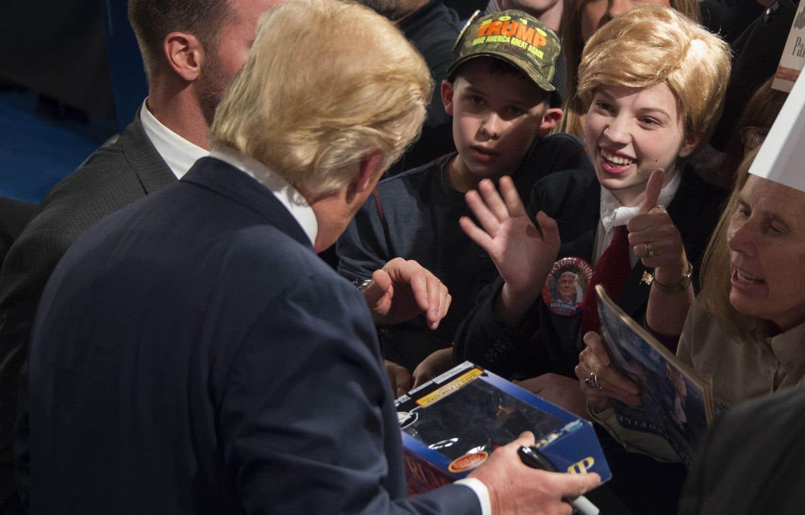 Donald Trump a rencontré une jeune fille habillée à son image lors d'un rassemblement partisan à Sumter, en Caroline du Sud.