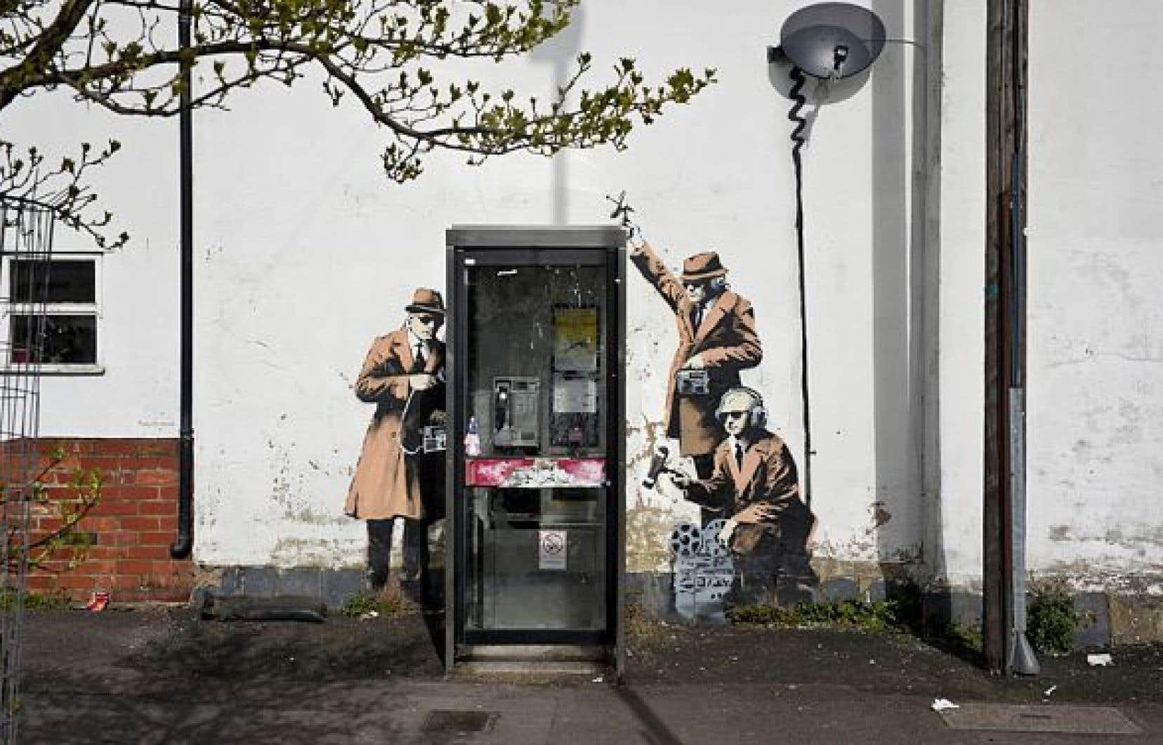 Spy Booth de Bansky. Œuvre sauvage posée par l'artiste sur un mur urbain de Cheltenham, Grande-Bretagne (2013).