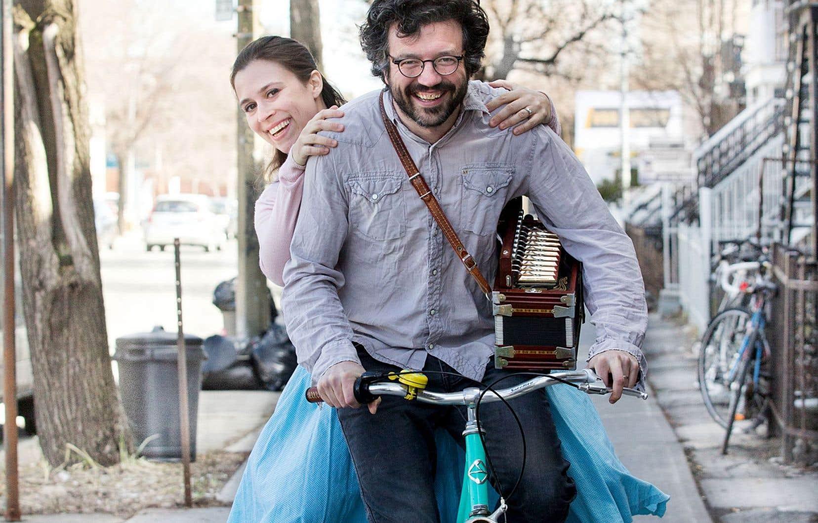 Natalie Haas, Californienne d'origine, fait équipe avec le Québécois Yann Falquet, qui est membre du trio Genticorum.