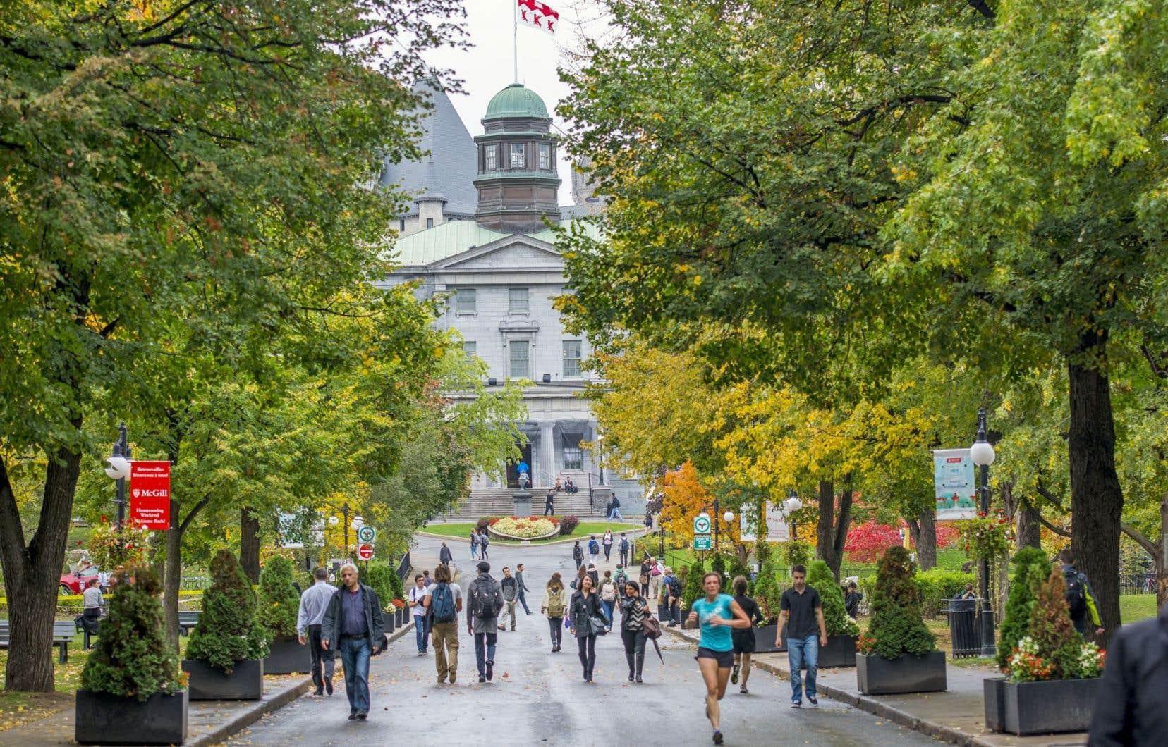 Dans les classes socio-économiques moins favorisées, plusieurs perçoivent les coûts de l'université comme étant plus élevés que les bénéfices, ce qui peut constituer un frein à l'éducation supérieure.