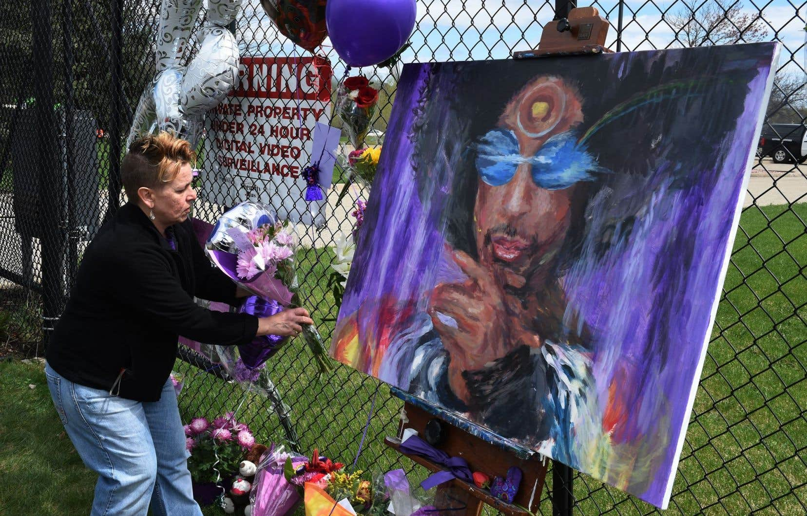 Une admiratrice se recueuille à la mémoire de Prince à Minneapolis.