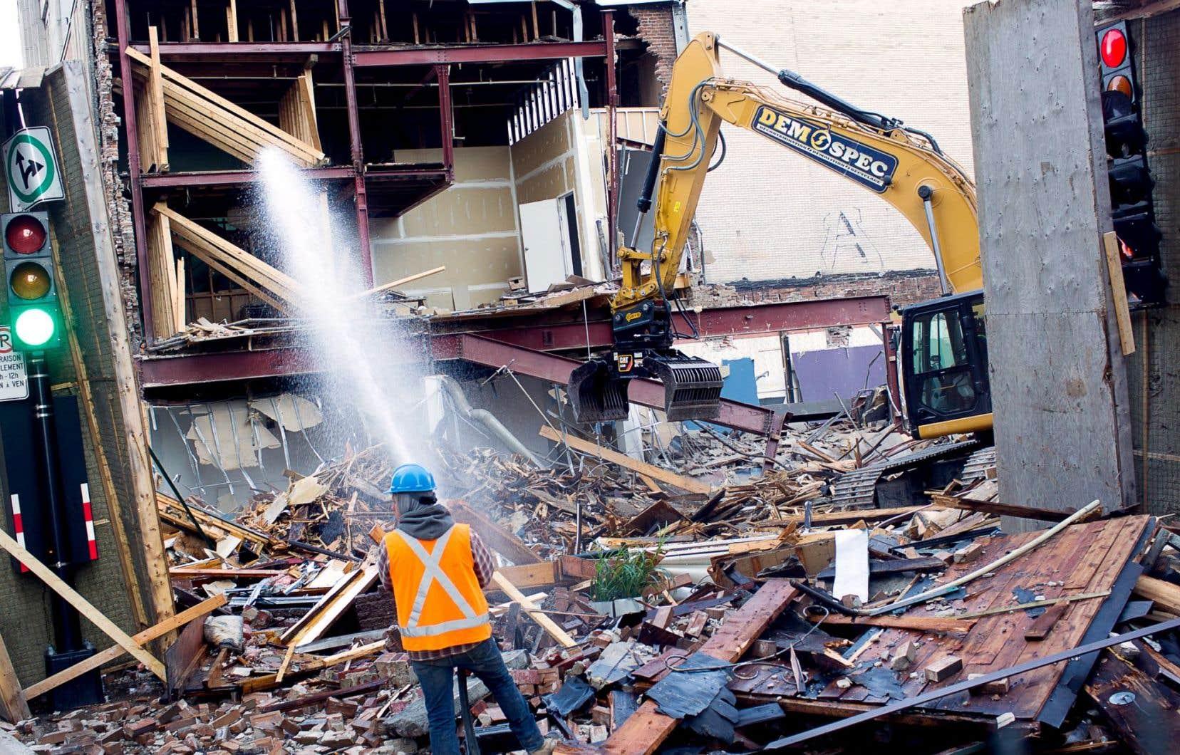 L'effondrement n'a pas fait de blessés et n'a pas causé de dommages aux immeubles avoisinants.