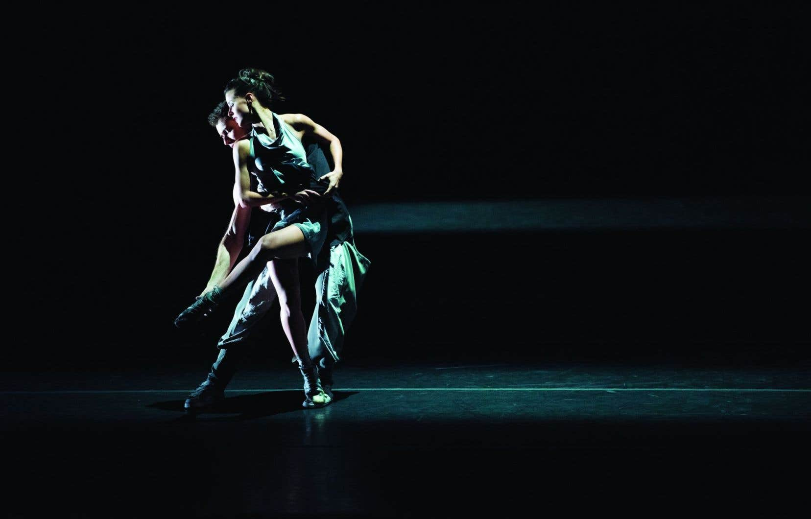Les variations rythmiques de pirouettes, arabesques et entrechats d'une technicité parfaite sont circonscrites par des projecteurs parfois fuyants.