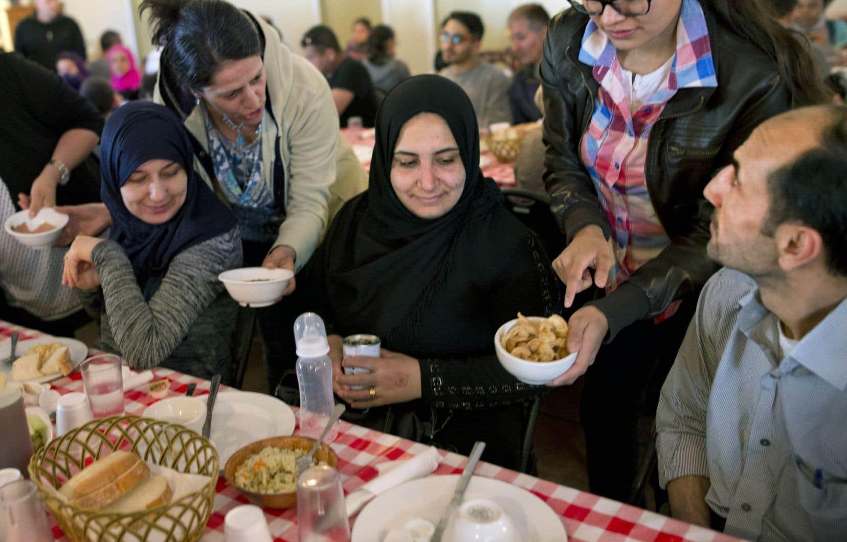 Un groupe de réfugiés syriens a été initié à la cabane à sucre… sans les oreilles de Christ, bien entendu.