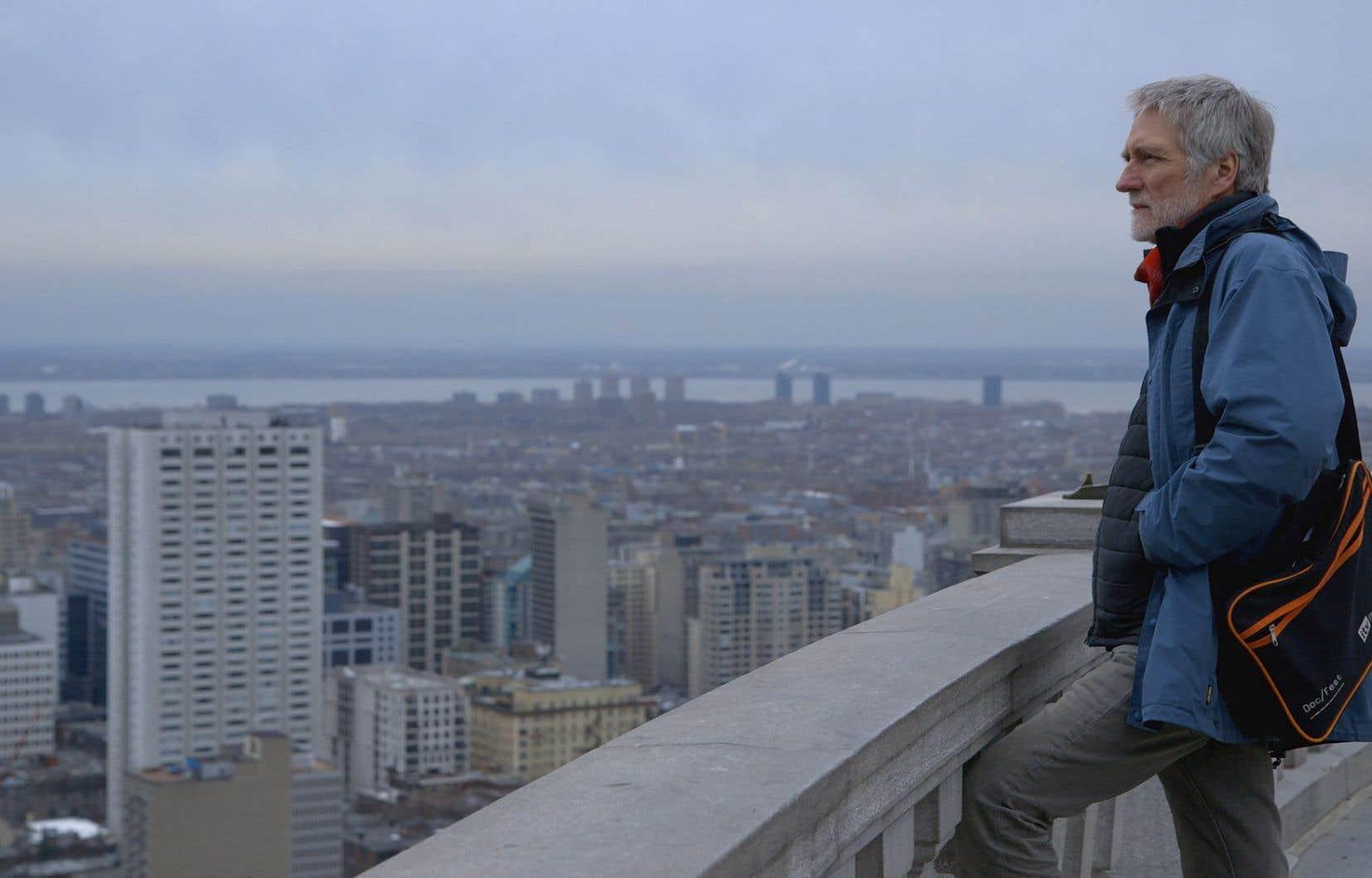 John Walker contemplant le centre-ville de Montréal des hauteurs du mont Royal