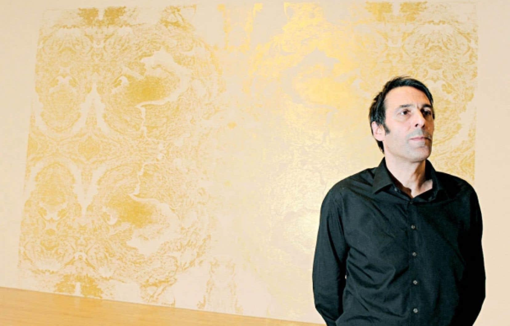 L'artiste britannique Richard Wright pose devant une de ses œuvres à la Tate Britain gallery.