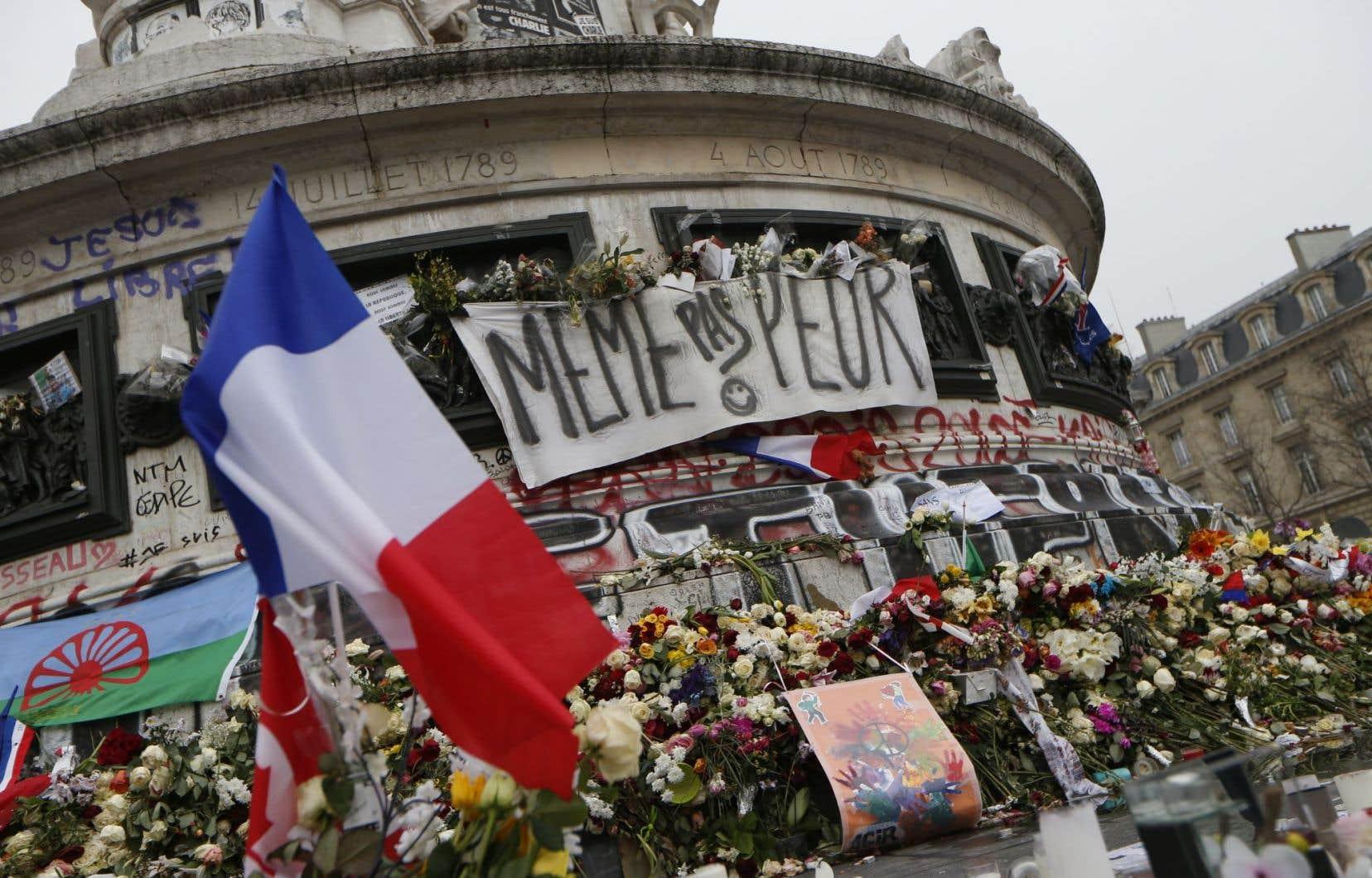 La place de la République a servi de point de ralliement pour les Français à la suite des attentats du 13novembre survenus à Paris.