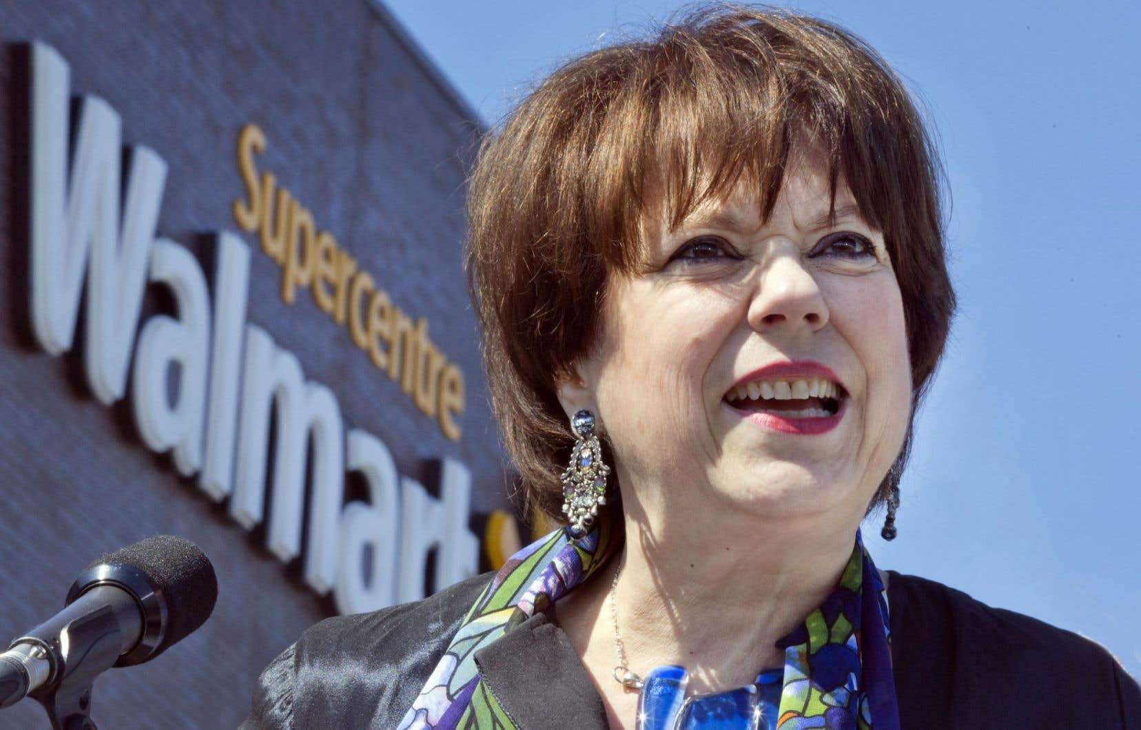La ministre Hélène David a présenté mardi le nouveau règlement lors d'un point de presse devant une bannière Walmart.