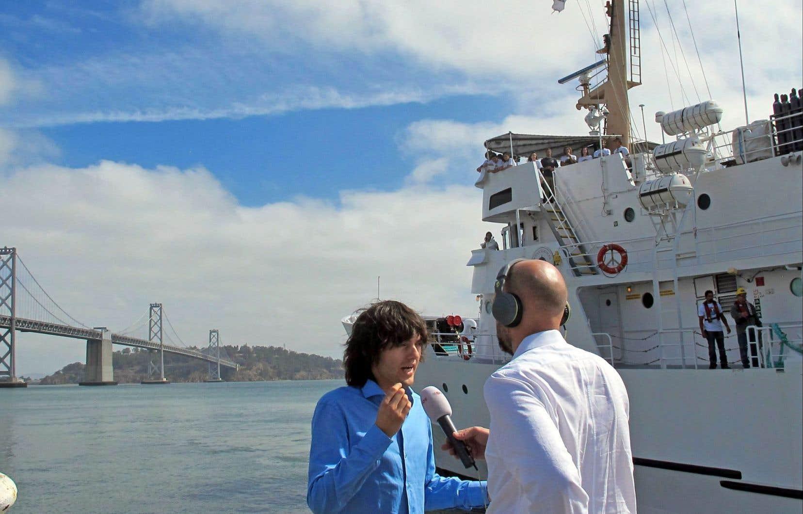 Boyan Slat, interrogé ici par un journaliste à San Francisco, a créé une entreprise qu'il dirige, The Ocean Cleanup, pour réaliser l'idée qu'il a développée: installer une immense barrière pour capturer les déchets de plastique dans la mer.