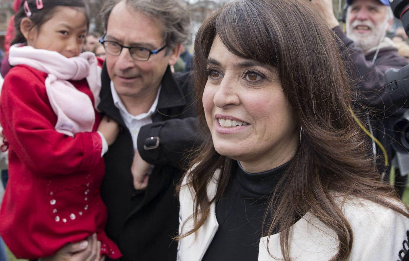 Véronique Hivon a lancé sa campagne dans un parc de Joliette, accompagnée de ses proches, de partisans et de députés péquistes qui l'appuient, en promettant un « Parti québécois réinventé ».