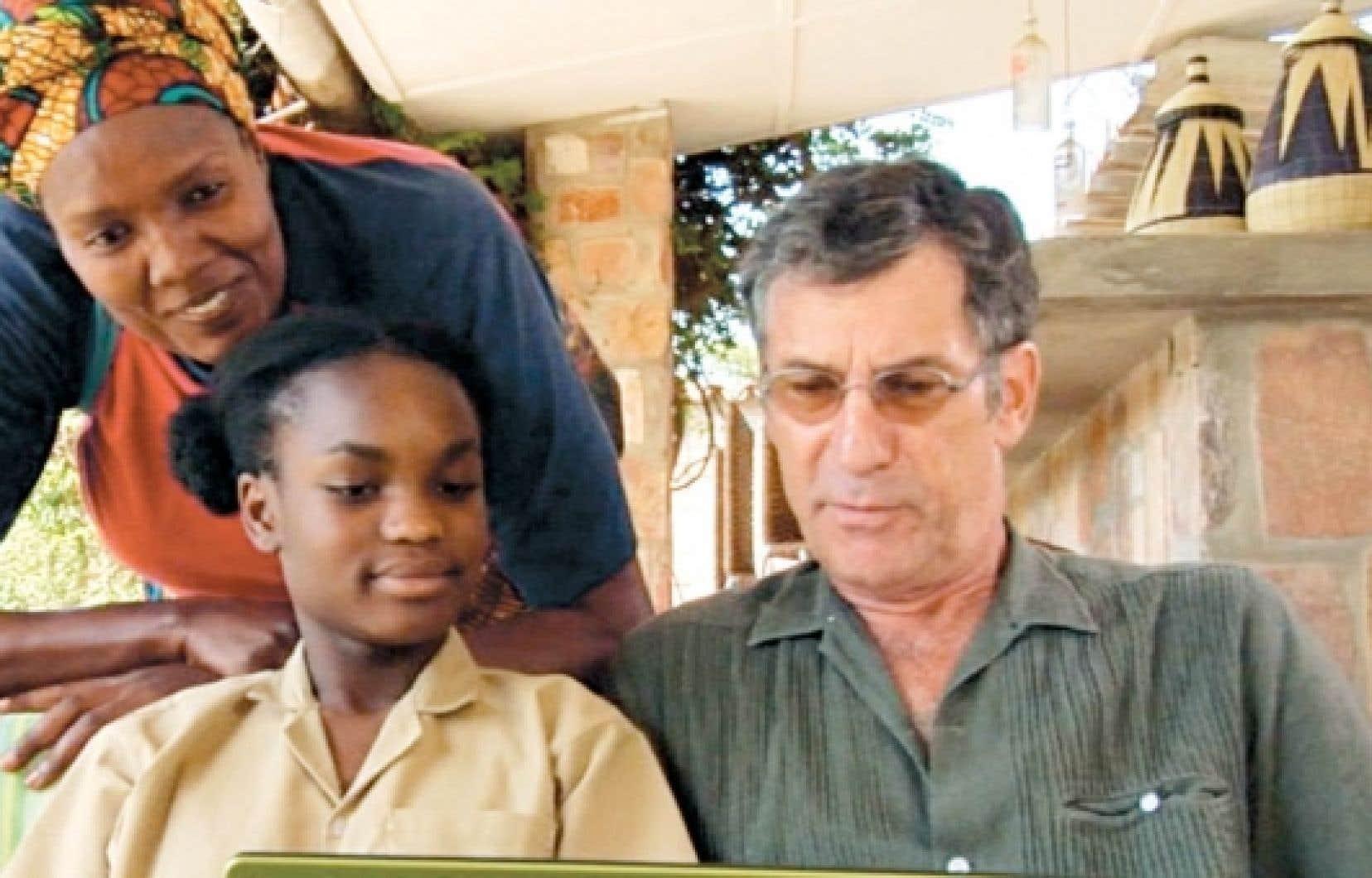 Le réalisateur Robert Morin, alias Jean-Marc Phaneuf, coopérant pour Radio du monde dans la ville imaginaire d'Ujama, quelque part en Afrique.