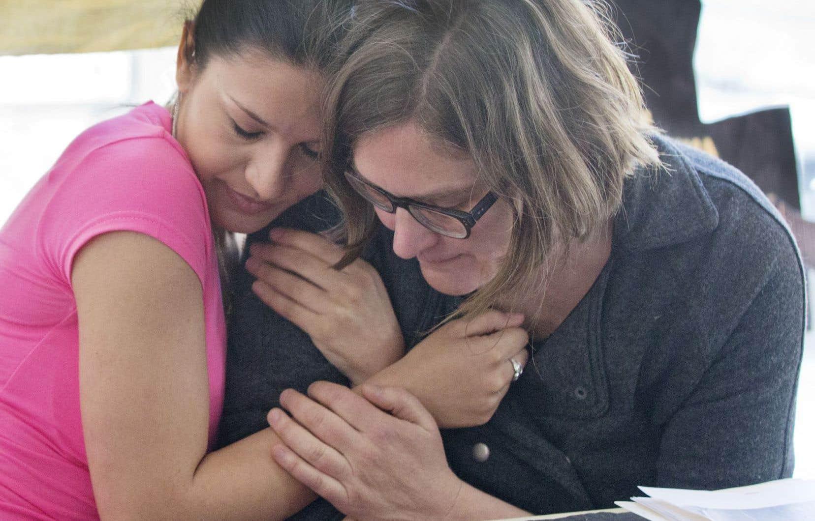 Gilda Lakatos (à gauche), en compagnie de l'intervenante Mary Foster, de Solidarité sans frontières