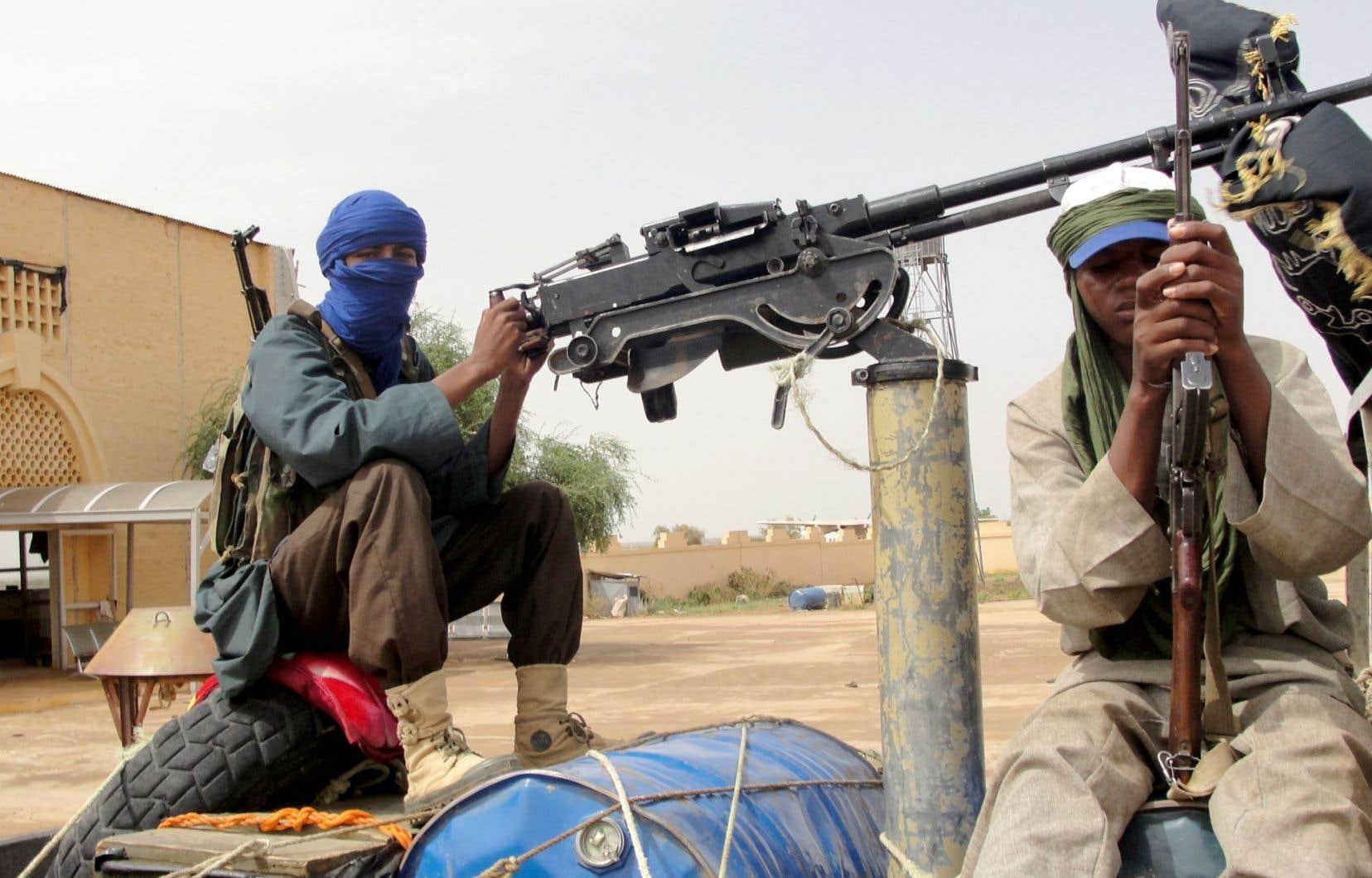 Des combattants du Mouvement pour l'unicité et le jihad en Afrique de l'Ouest (MUJAO) montent la garde près de l'aéroport de Gao.