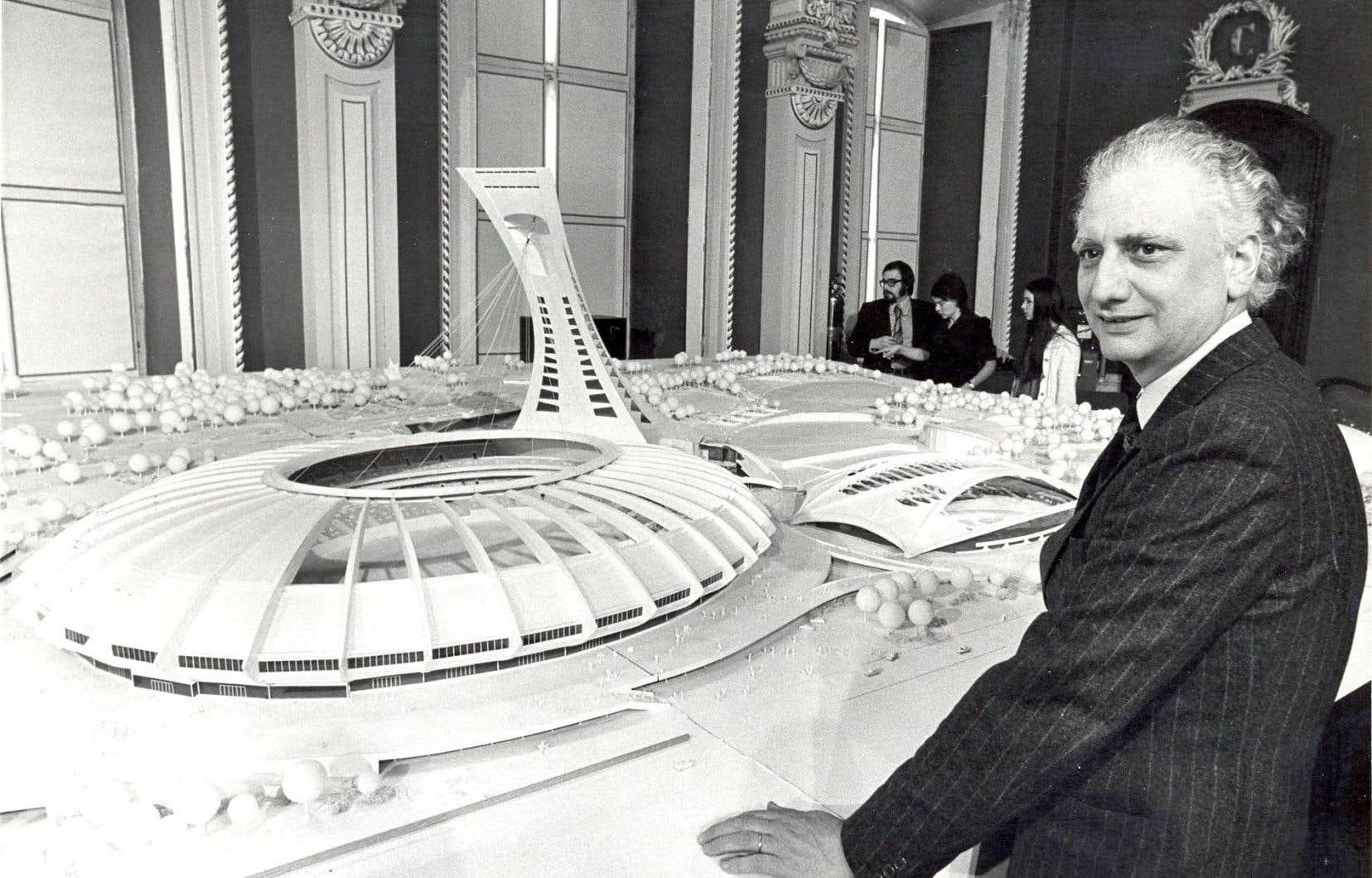 Le Français Roger Taillibert devant la maquette du Parc olympique