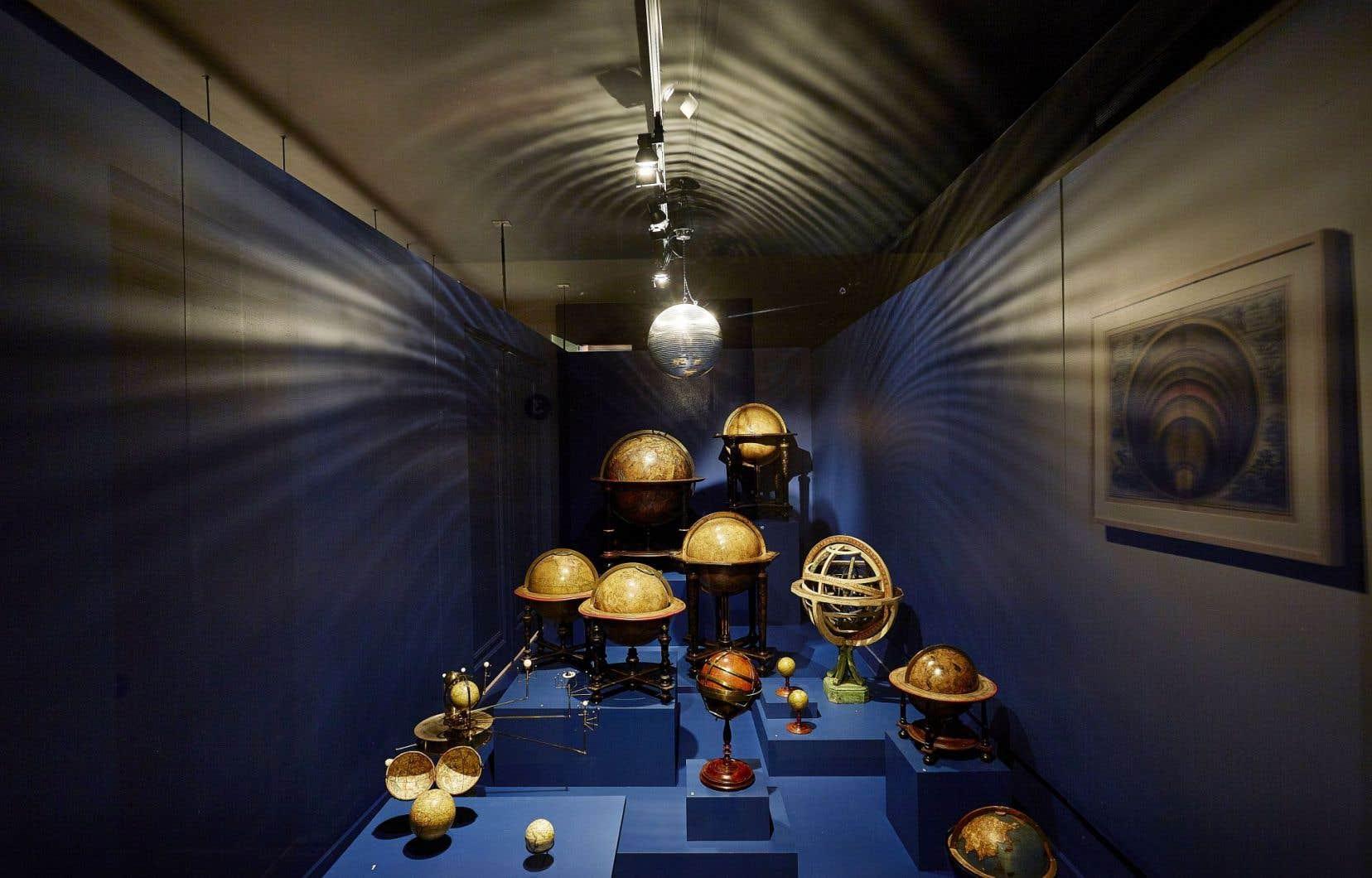 Une installation faite d'une douzaine de globes. Terrestres, célestes, mécaniques, miniatures, en ivoire, en laiton… L'effet de surprise est immédiat.