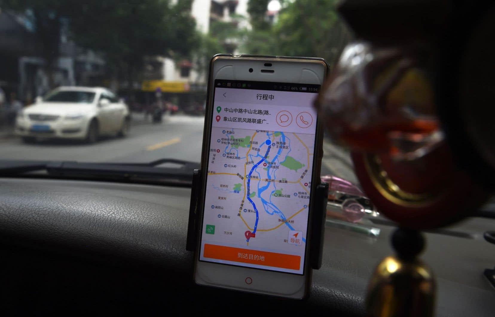 Un chauffeur de taxi utilise l'application Didi.