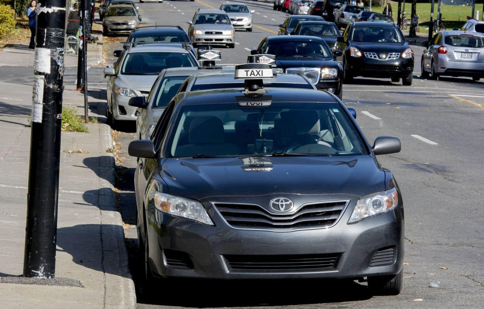 Selon le professeur Pierre-Olivier Pineau, il aurait mieux valu alléger les frais et la bureaucratie imposés à l'industrie du taxi, plutôt que de contraindre Uber à des règles désuètes.