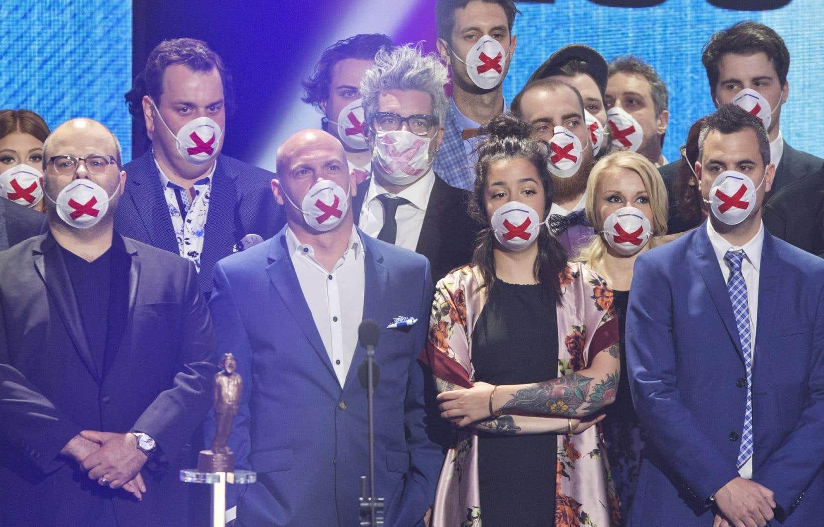 Les humoristes masqués sont montés sur la scène pour appuyer Mike Ward.