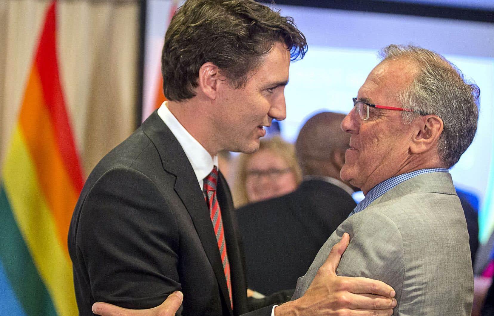 Justin Trudeau a reçu lundi un prix qui porte le nom de Laurent McCutcheon (à droite), un militant pour les droits homosexuels.