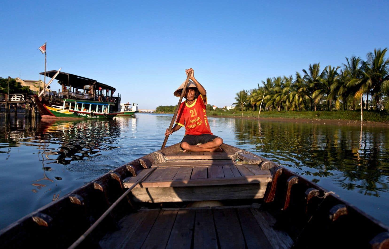 Navigation sur la rivière Thu Bon à Hoi An, dans la province vietnamienne de Quang Nam. Le vieux secteur de la ville est reconnu au Patrimoine mondial de l'UNESCO.