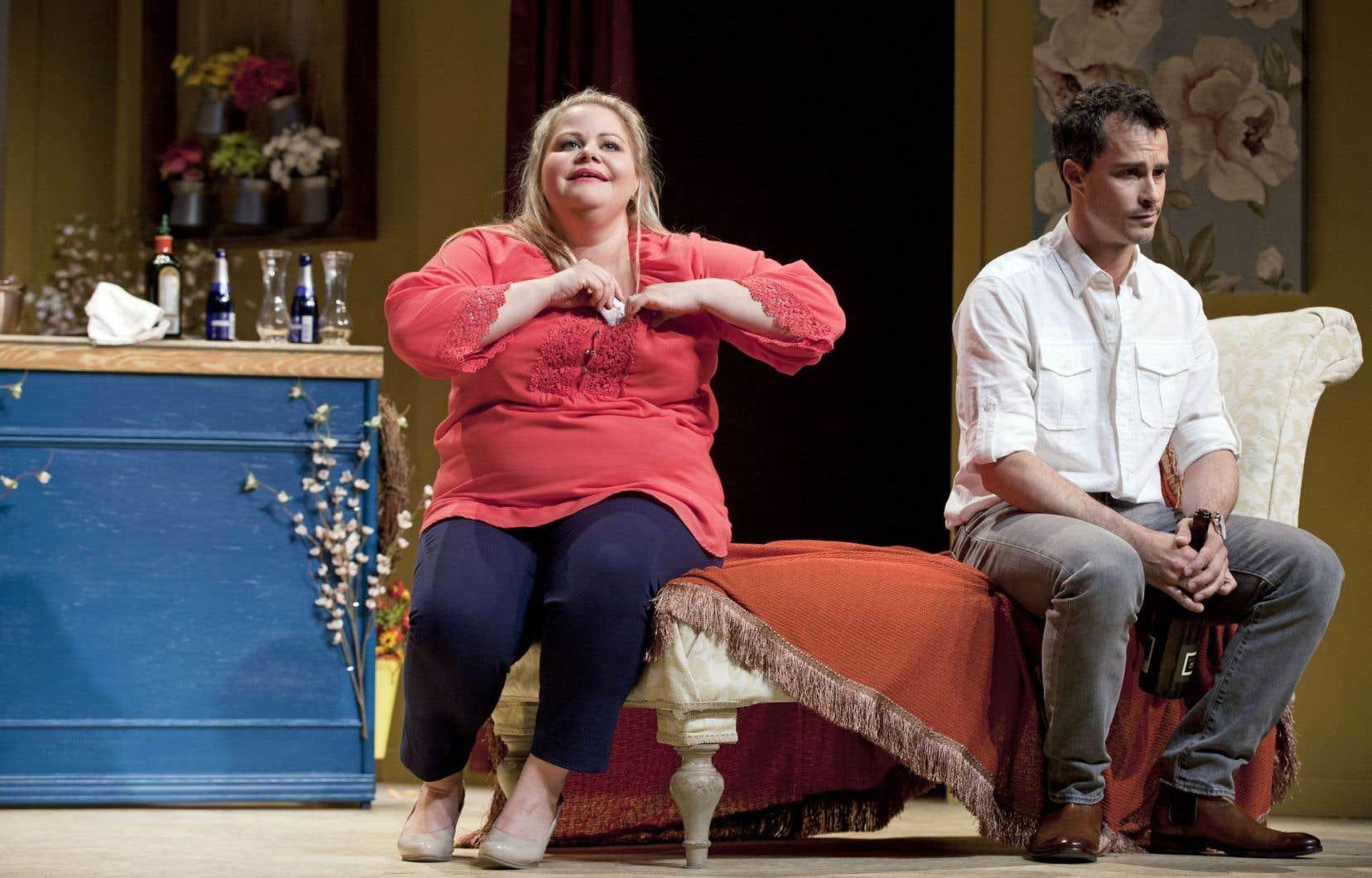 Geneviève Schmidt et Patrick Hivon n'ont aucune chance de s'en sortir tant le maelström mû par la facilité et la blague graveleuse falote et drabe est puissant.