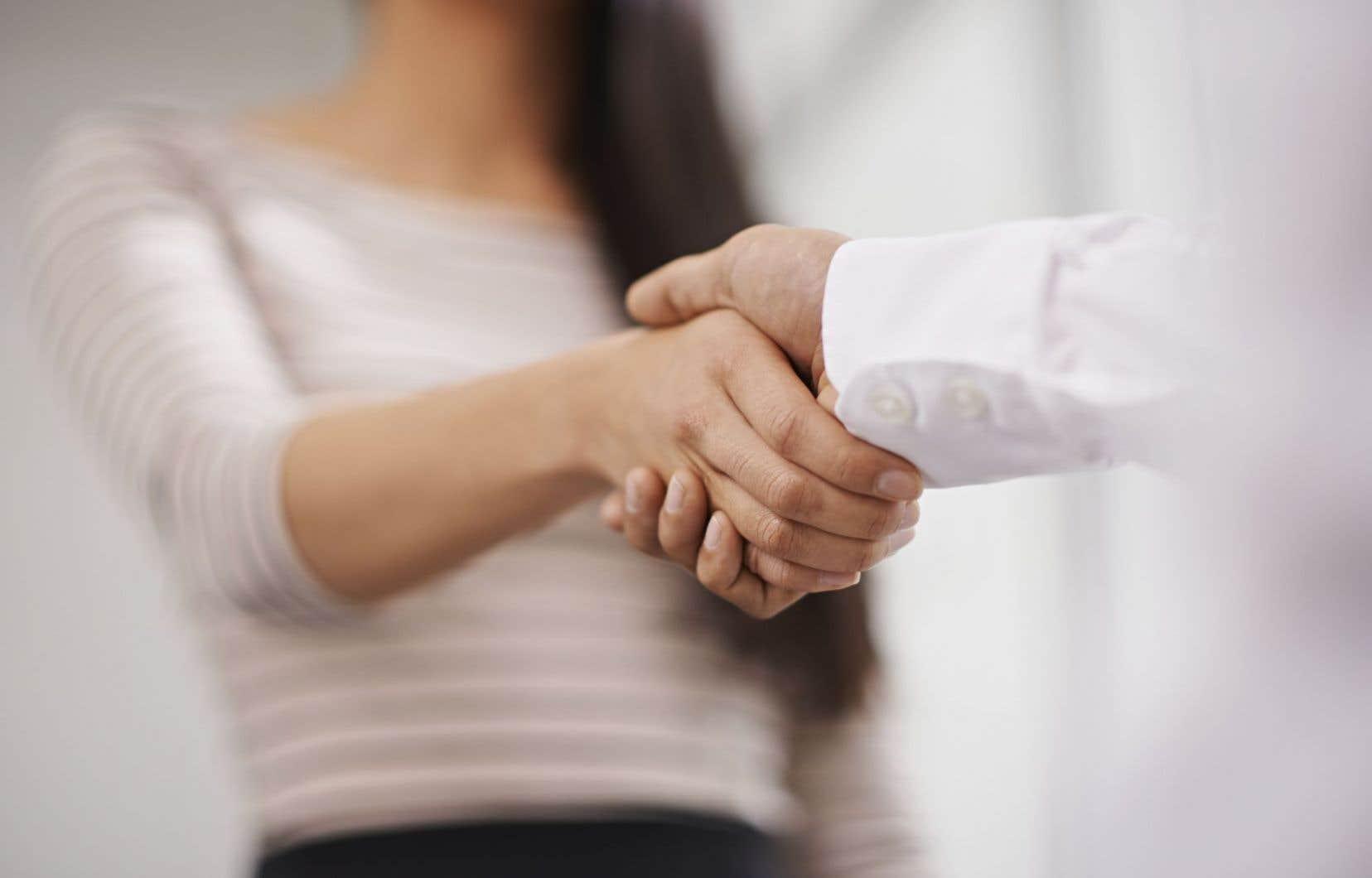 Après avoir mené une analyse juridique à la demande de l'établissement secondaire, le gouvernement a conclu qu'une «enseignante peut exiger la poignée de main» dans le cadre scolaire.
