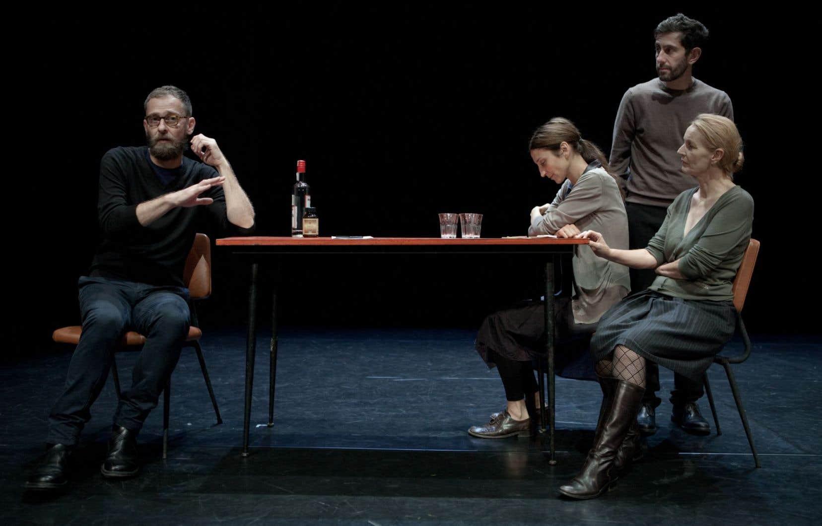 La scène de la pièce «Ce ne andiamo per non darvi altre preoccupazioni» ne contient qu'une table, trois chaises et un néon suspendu.