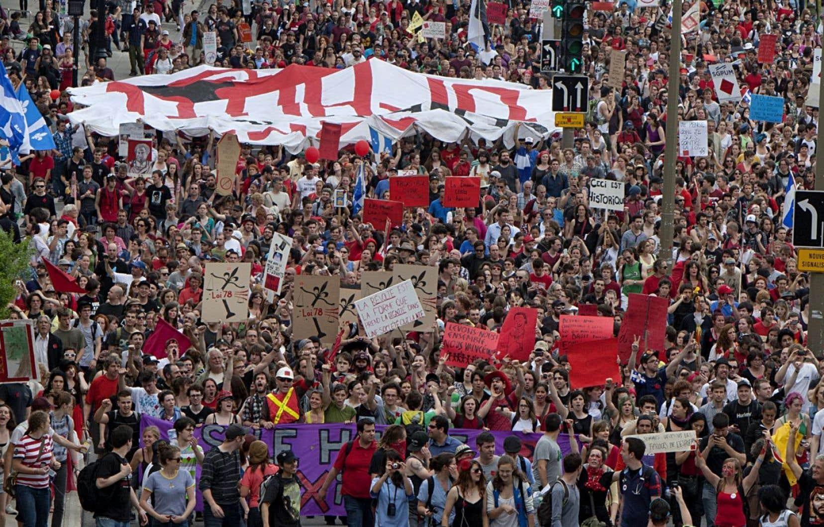 Près de 250 000 personnes ont marché dans les rues de Montréal le 22 mai 2012, en plein printemps érable.