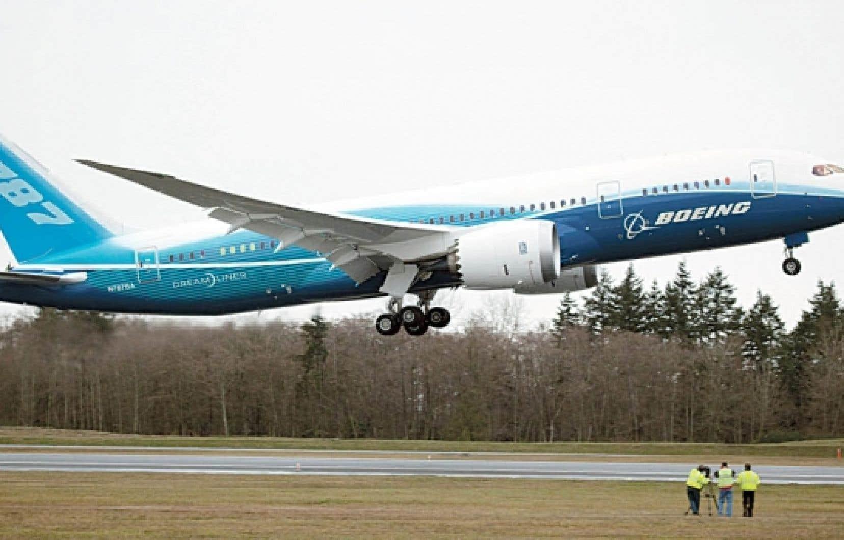 Le 787 Dreamliner de Boeing a effectué hier son premier vol d'essai, avec plus de deux ans de retard sur le calendrier. Le biréacteur a décollé à 10h30 de l'aérodrome d'Everett, dans l'État de Washington. Ce premier vol devait durer quatre heures, pendant lesquelles les deux pilotes devaient effectuer une batterie de tests techniques, avant de poser l'appareil à Seattle. Il aura finalement été écourté en raison du mauvais temps.