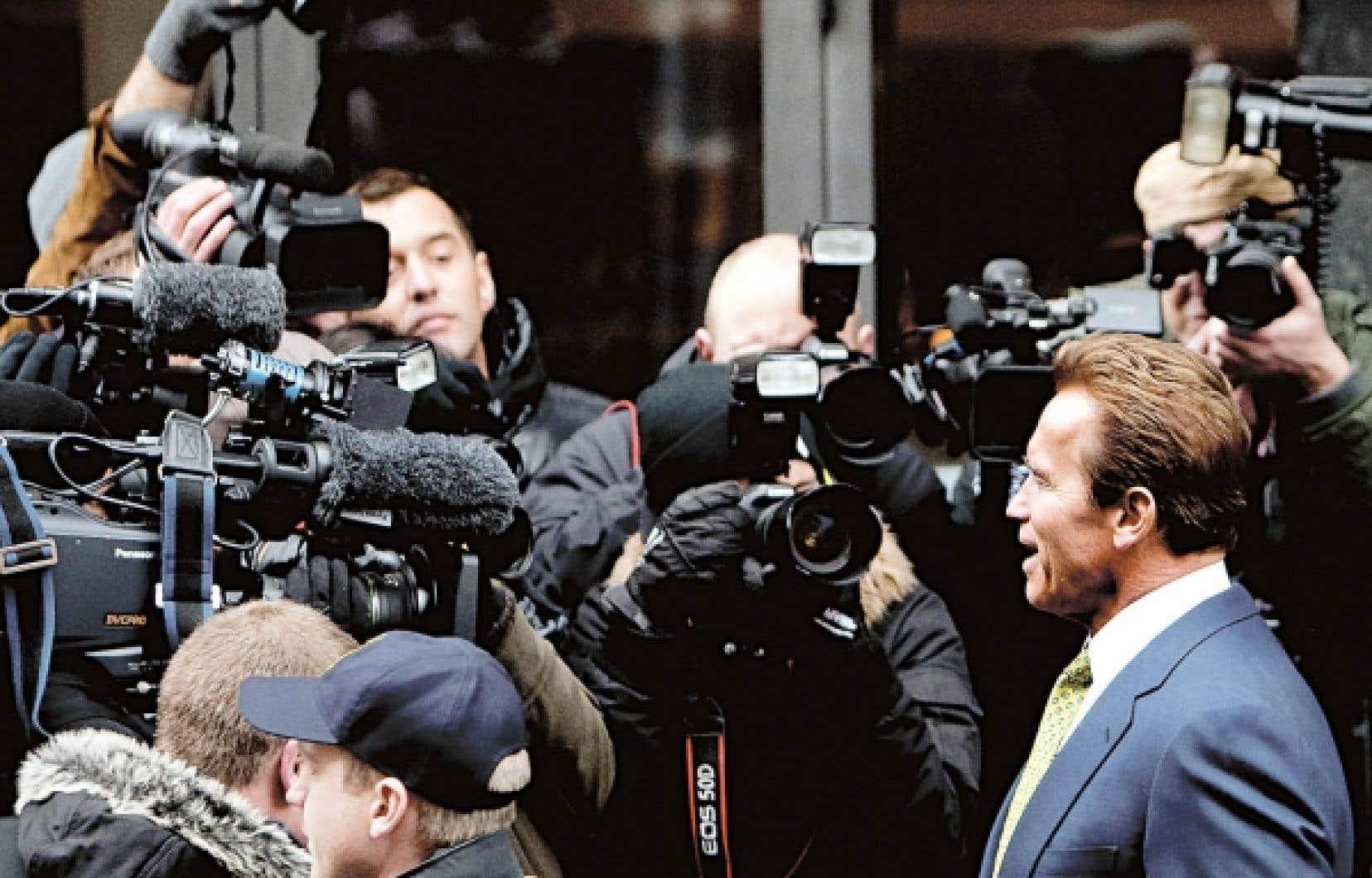 Le gouverneur de la Californie, Arnold Schwarzenegger, s'est adressé aux journalistes en quittant son hôtel pour se rendre au centre Bella.