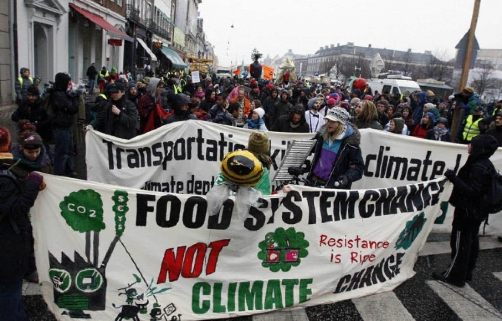Pendant que des manifestants dénonçaient à Copenhague hier l'inaction des grands acteurs mondiaux contre le réchauffement climatique, le Canada refusait de nier que l'effort demandé aux secteurs du pétrole et du gaz pourrait être trois fois moindre que prévu.