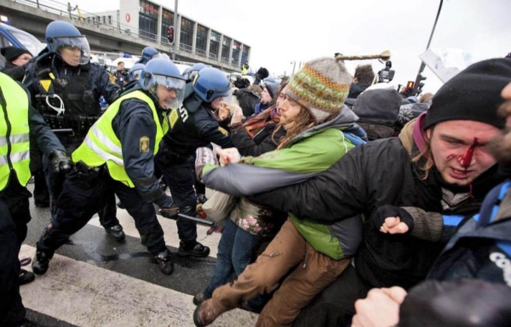 La police danoise repousse des manifestants aujourd'hui, devant l'immeuble qui accueille la conférence sur le climat à Copenhague