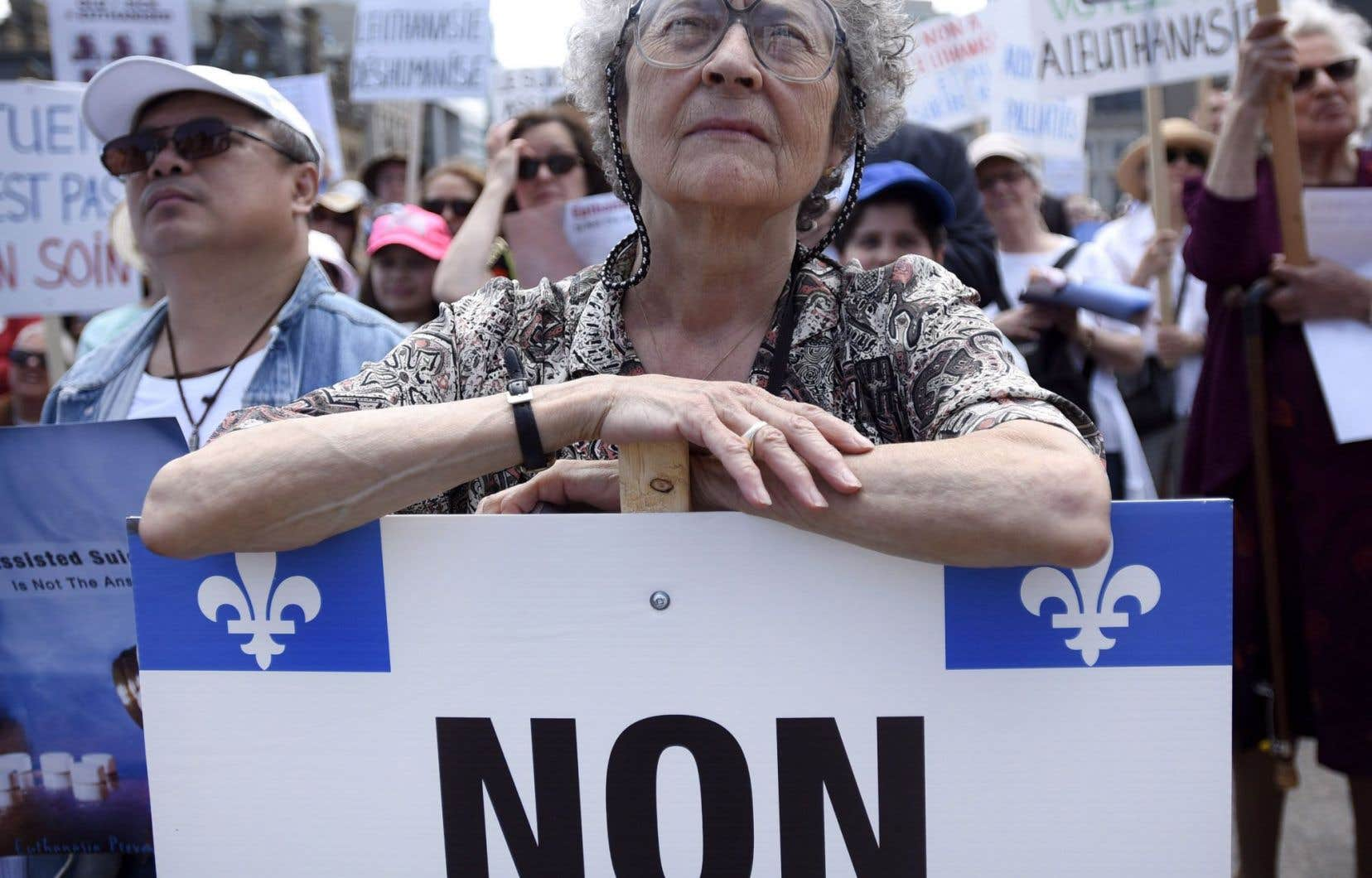 Quelques centaines de manifestants étaient réunis à Ottawa pour protester contre le projet de loi désormais étudié par le Sénat.