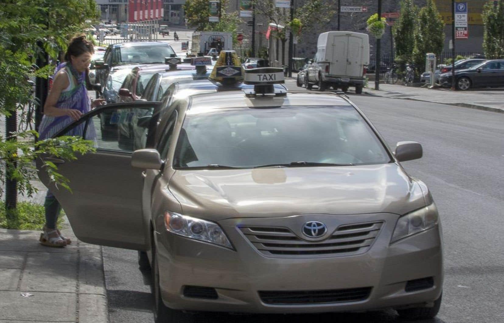 Tous les chauffeurs de taxis et de limousines qui ne font pas de transport adapté ont été conviés à manifester leur insatisfaction à l'entrée du Casino de Montréal, lundi.