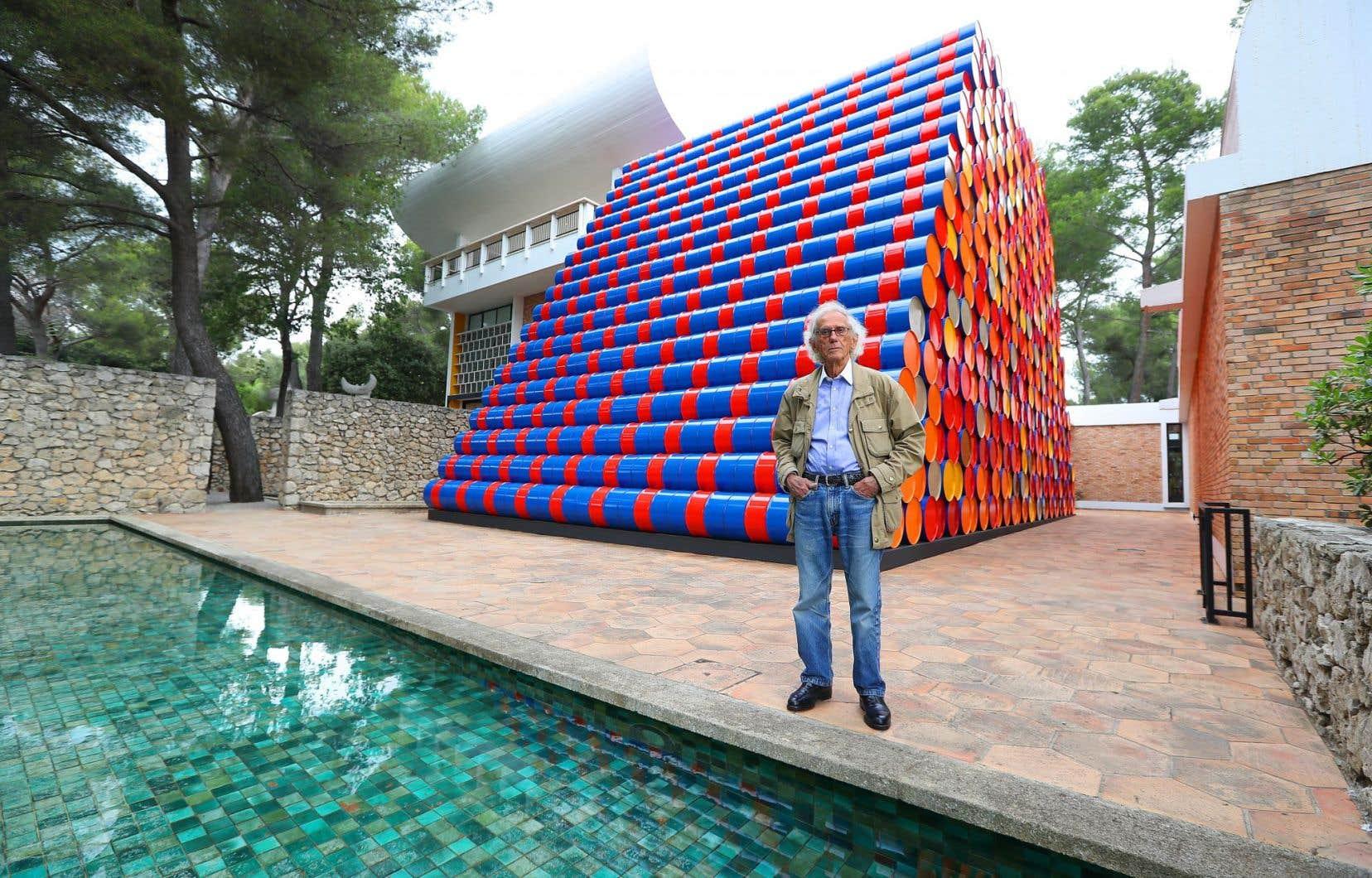 Dans la cour de la Fondation Maeght, à Saint-Paul-de-Vence, Christo a créé une installation formée de mille barils, haute de 9 mètres, longue de 17 et large de 9.